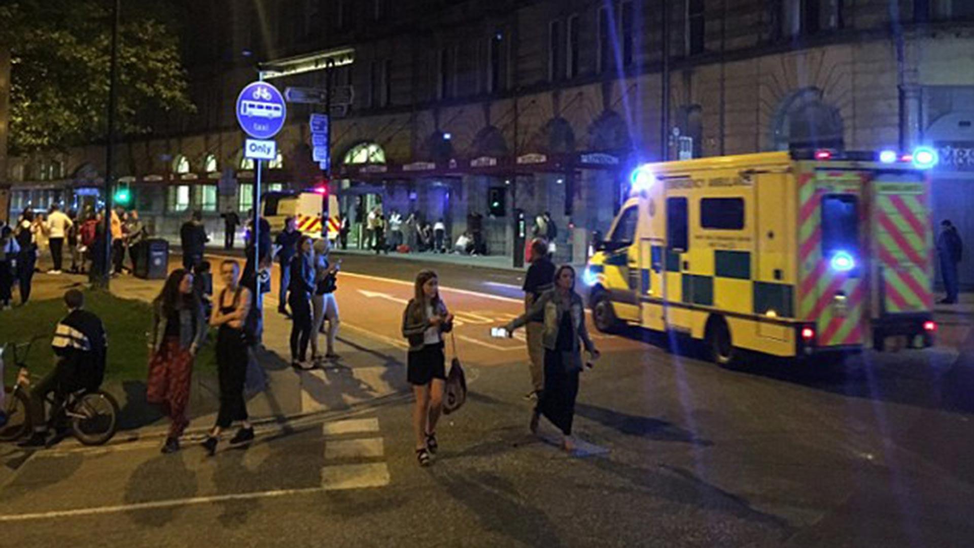 Decenas de policías y ambulancias llegaron en breve tiempo al lugar y atendieron a los heridos que tratando de salir con prisa del lugar quedaron heridos