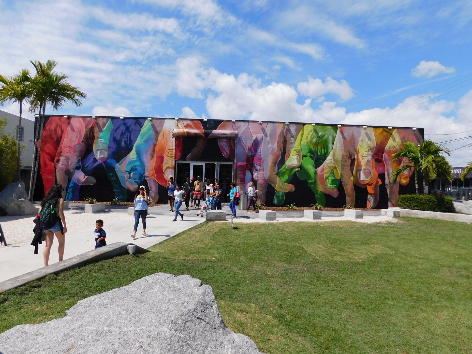 La fachada de la galería están pintadas de todos los colores manos de humanos entre lazados.