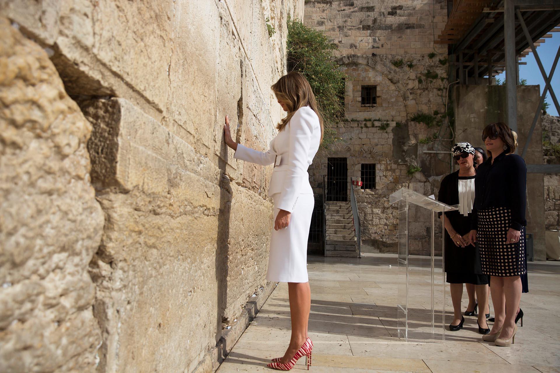 Haciendo honor al power dressing la primera dama suele lucir conjuntos básicos y elegantes -saco y falda pencil, como este que llevó a la gira por Israel de la marca Michael Kors, que completó con tacos altos en tono rojo y blanco.