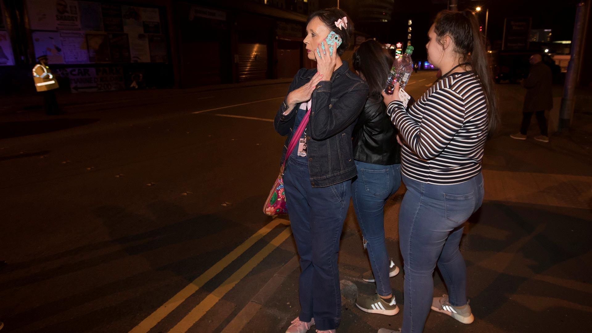 En el lugar se encontraban principalmente jóvenes que veían el primero de tres conciertos que realizaría Ariana Grande en el Reino Unido (Reuters)