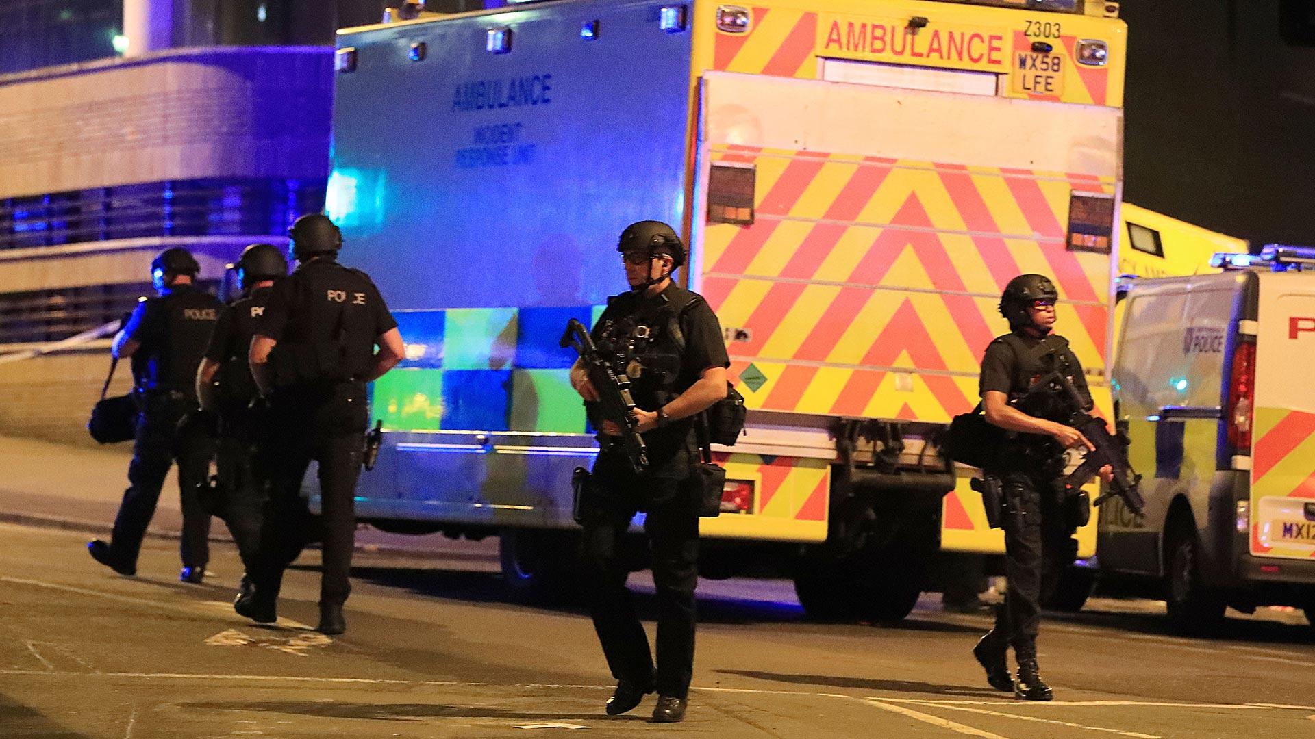 """La policía dijo en Twitter que el incidente ocurrió afuera del lugar del concierto y que por lo pronto lo están tratando como un posible """"incidente terrorista"""" (AP)"""