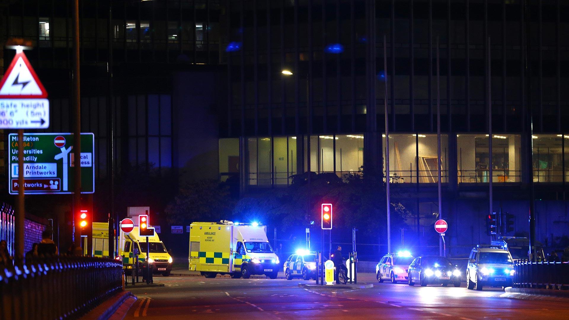 La policía mantiene las calles aledañas acordonadas para evitar el ingreso de nuevas personas a las cercanías del Arena de Manchester