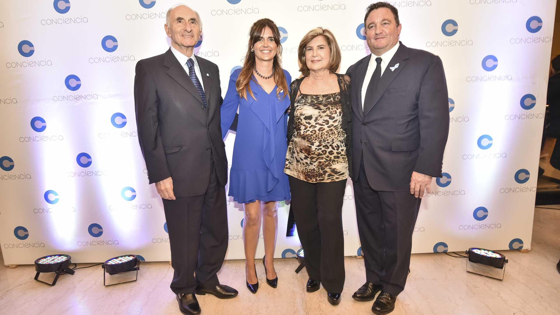El ex presidente de la Nación, Fernando de la Rúa; Beby Lacroze, presidenta de la Asociación Conciencia; Inés Pertiné y Alejandro Macfarlane