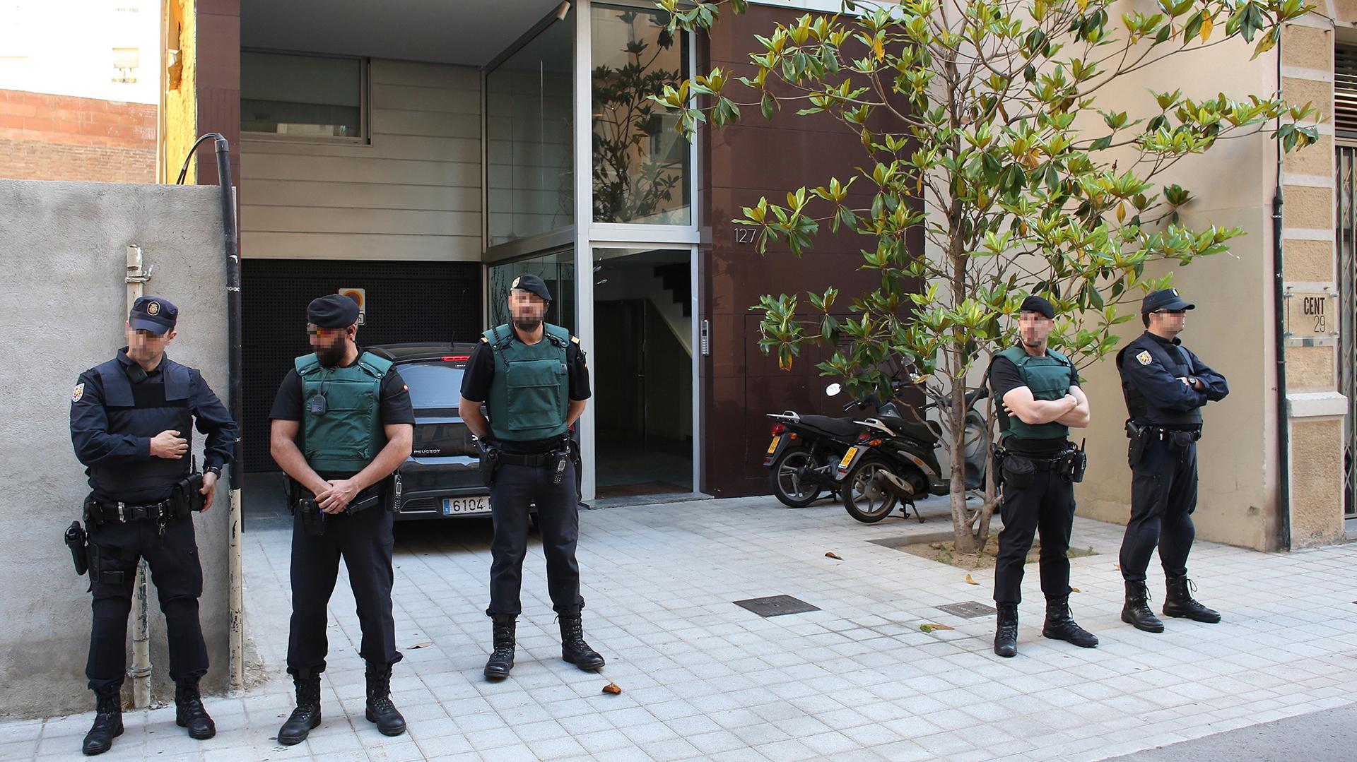 Efectivos policiales en el domicilio de Sandro Rosell, ex presidente del Barcelona detenido por presunto blanqueo de capitales (EFE)