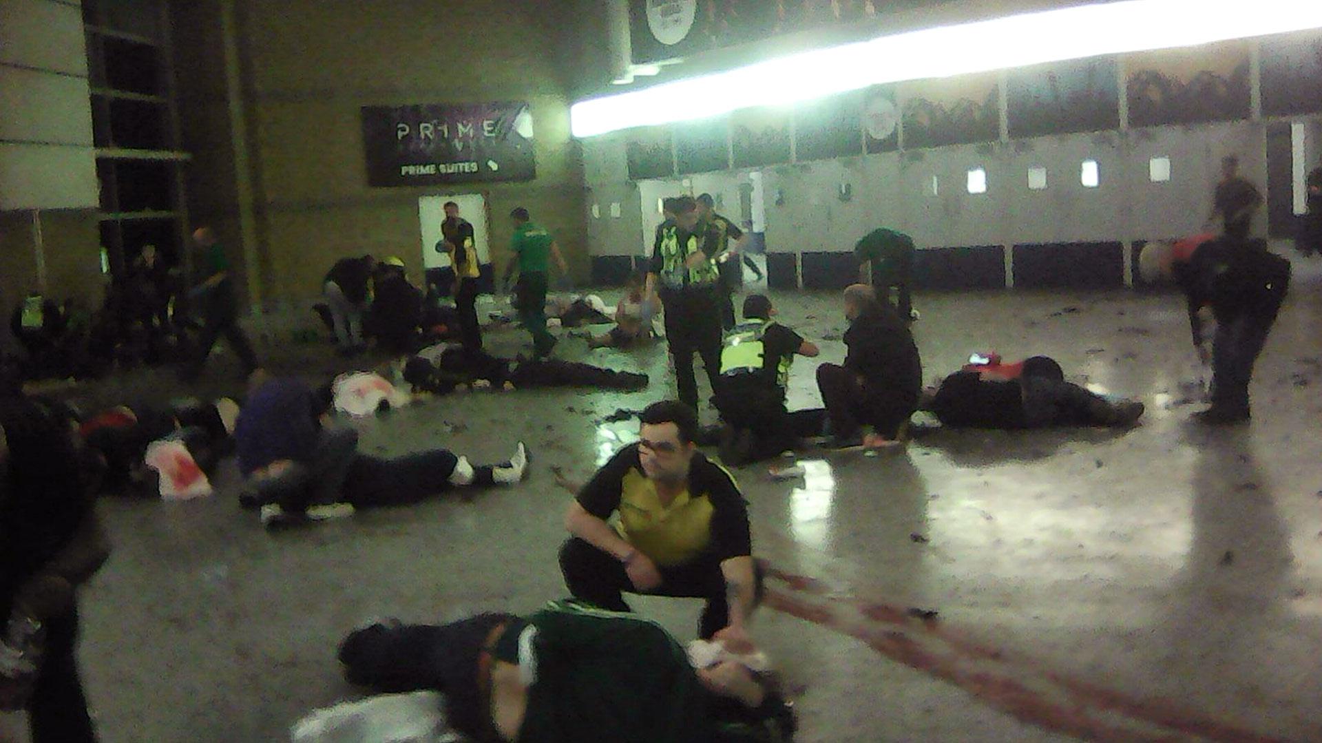Personal de emergencia atiende a los heridos en el estadio, momentos después de la explosión suicida