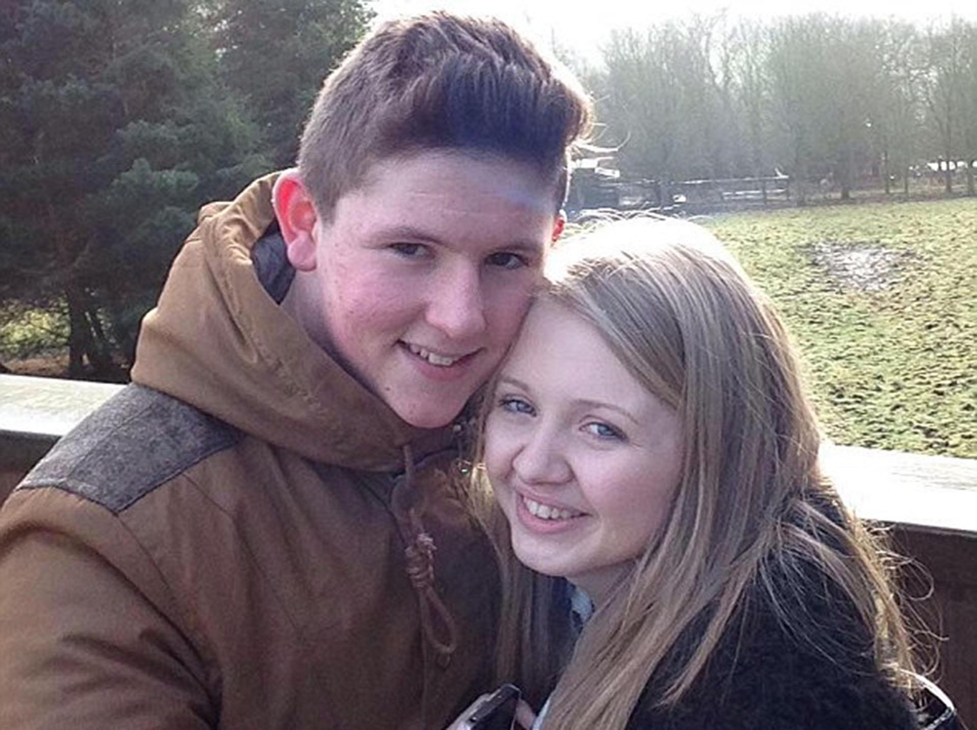 Liam Curry, de 19 años, y su novia Chloe Rutherford, de 17, desaparecidos (Facebook)
