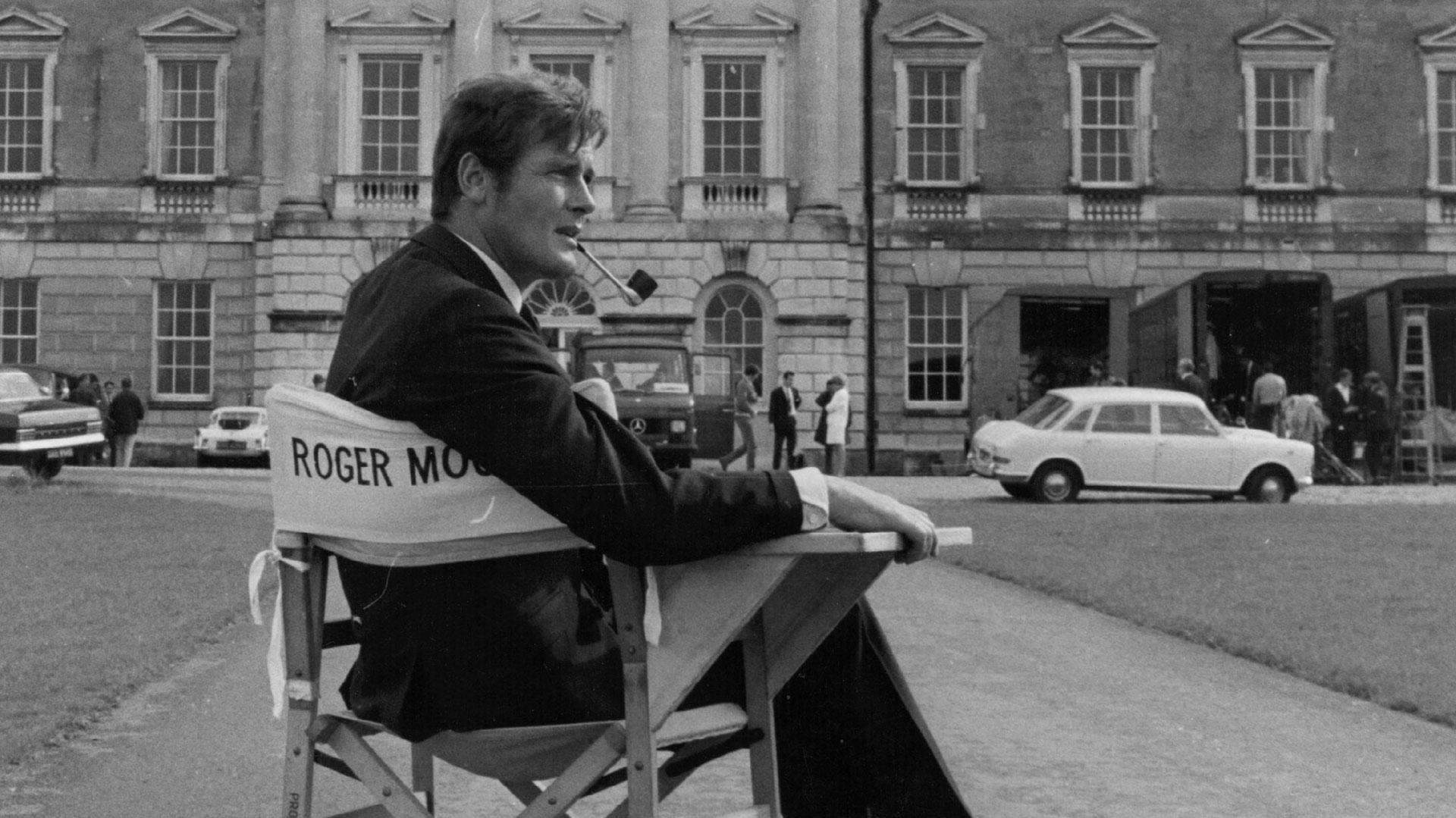 """Roger Moore en la abadía de Woburn durante un freno en la filmación de """"Crosplot"""", en 1968 (Getty)"""