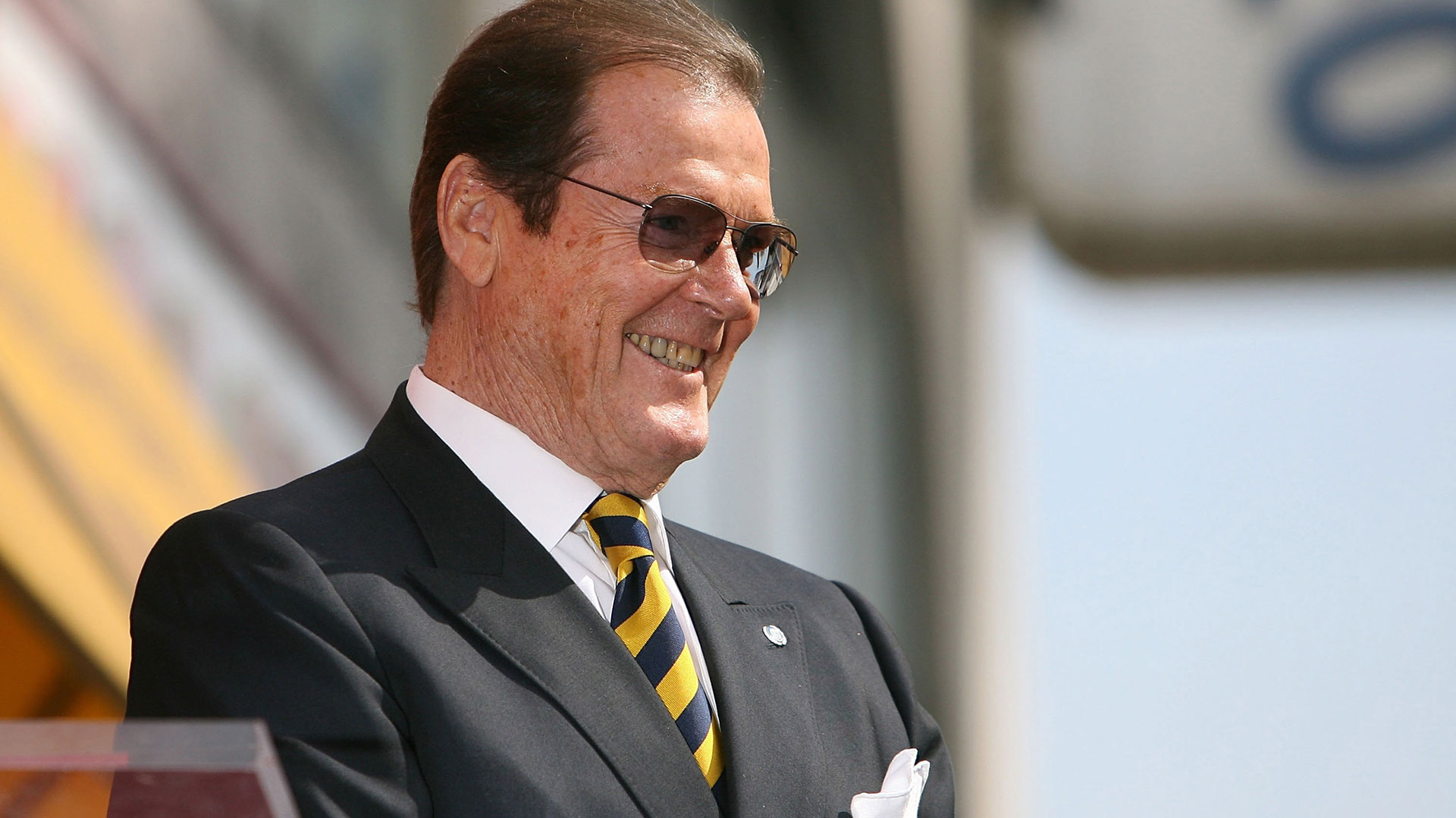 Roger Moore es homenajeado con una estrella en el Paseo de la Fama de Hollywood en Los Angeles, en 2007 (Getty)