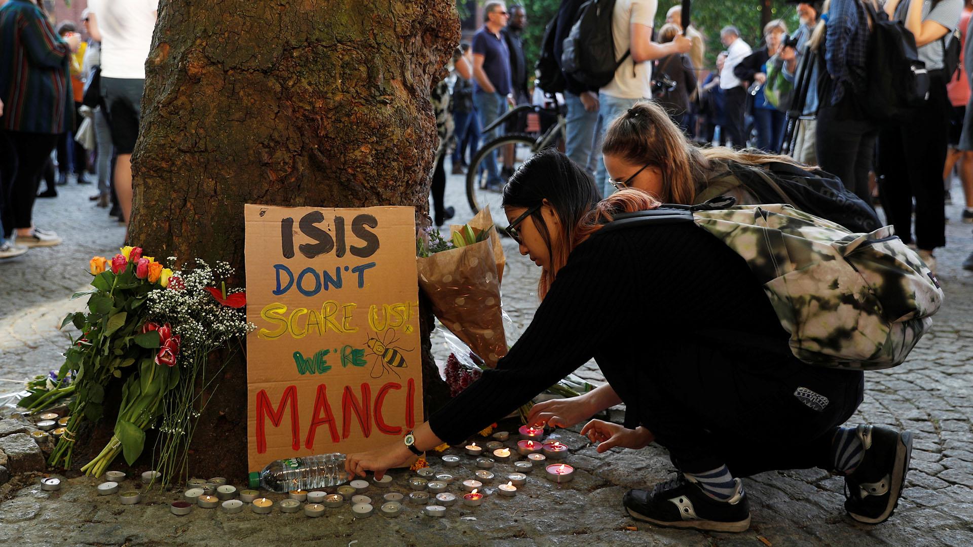 """""""ISIS no nos asusta"""", señala un cartel apoyado sobre un árbol (REUTERS)"""