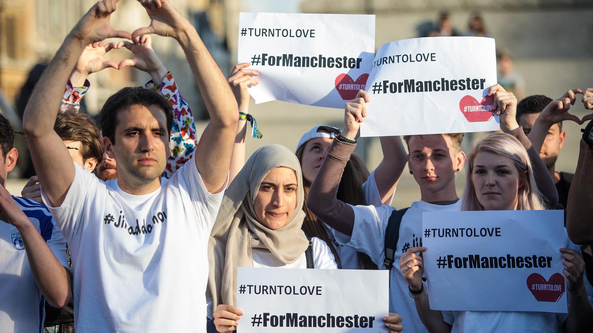 """""""Estamos unidos"""" y """"Conviértanse al amor por Manchester"""", algunos de los mensajes durante la emotiva vigilia(Getty Images)"""