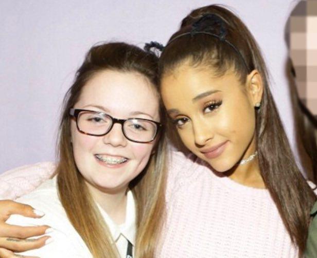 Callander junto a la cantante pop Ariana Grande, a la que conoció en 2015 (Twitter)