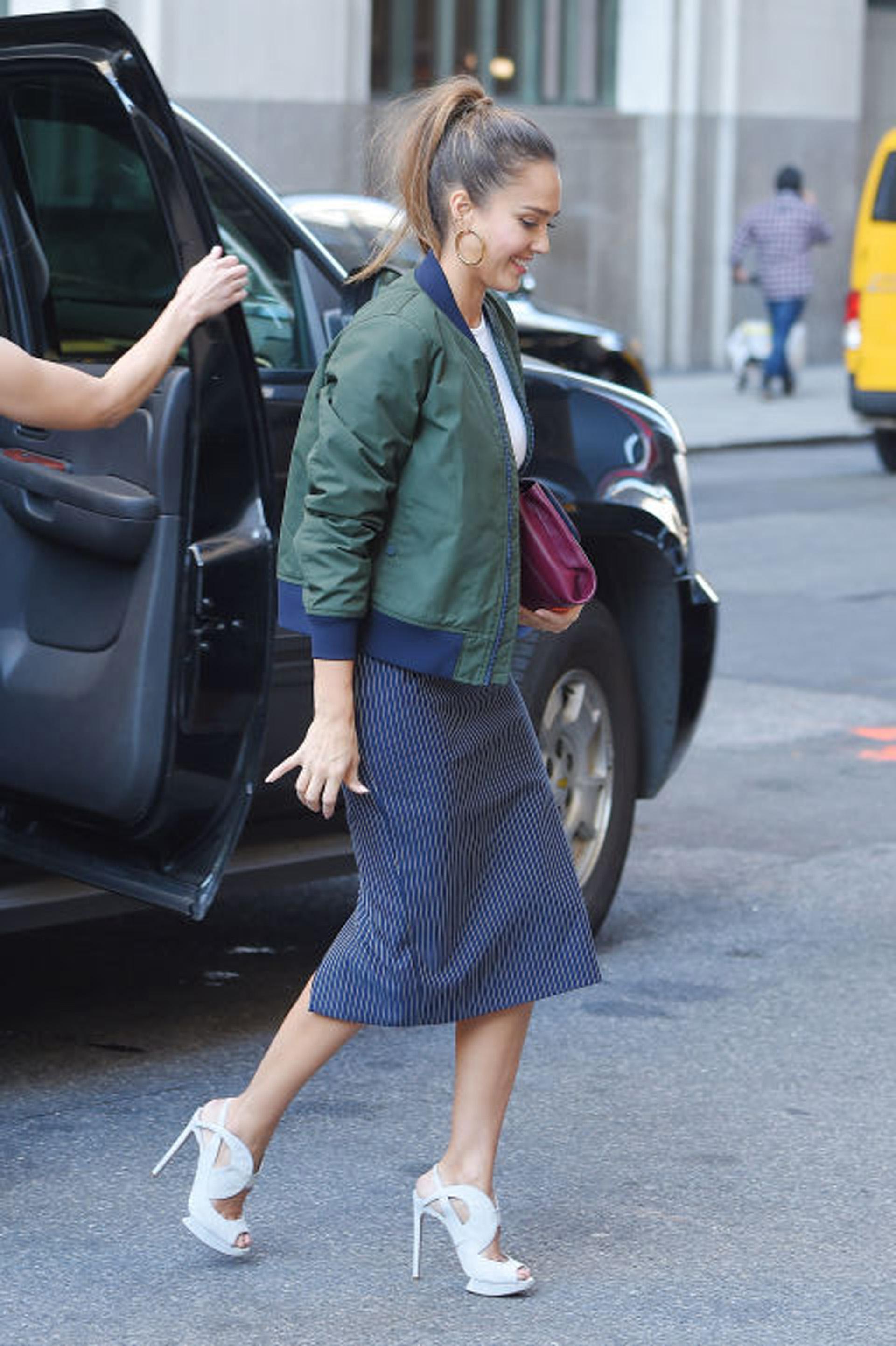 Jesica Alba, utilizando su campera, estilo lisa, verde y azul. (Getty images)