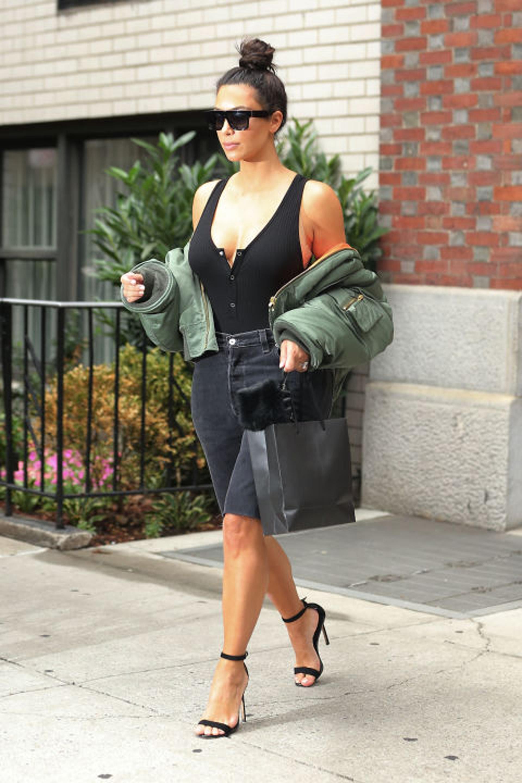 Kim Kardashian, usando una bomber en sus brazos, otro estilo de llevar estas camperas (Getty images)