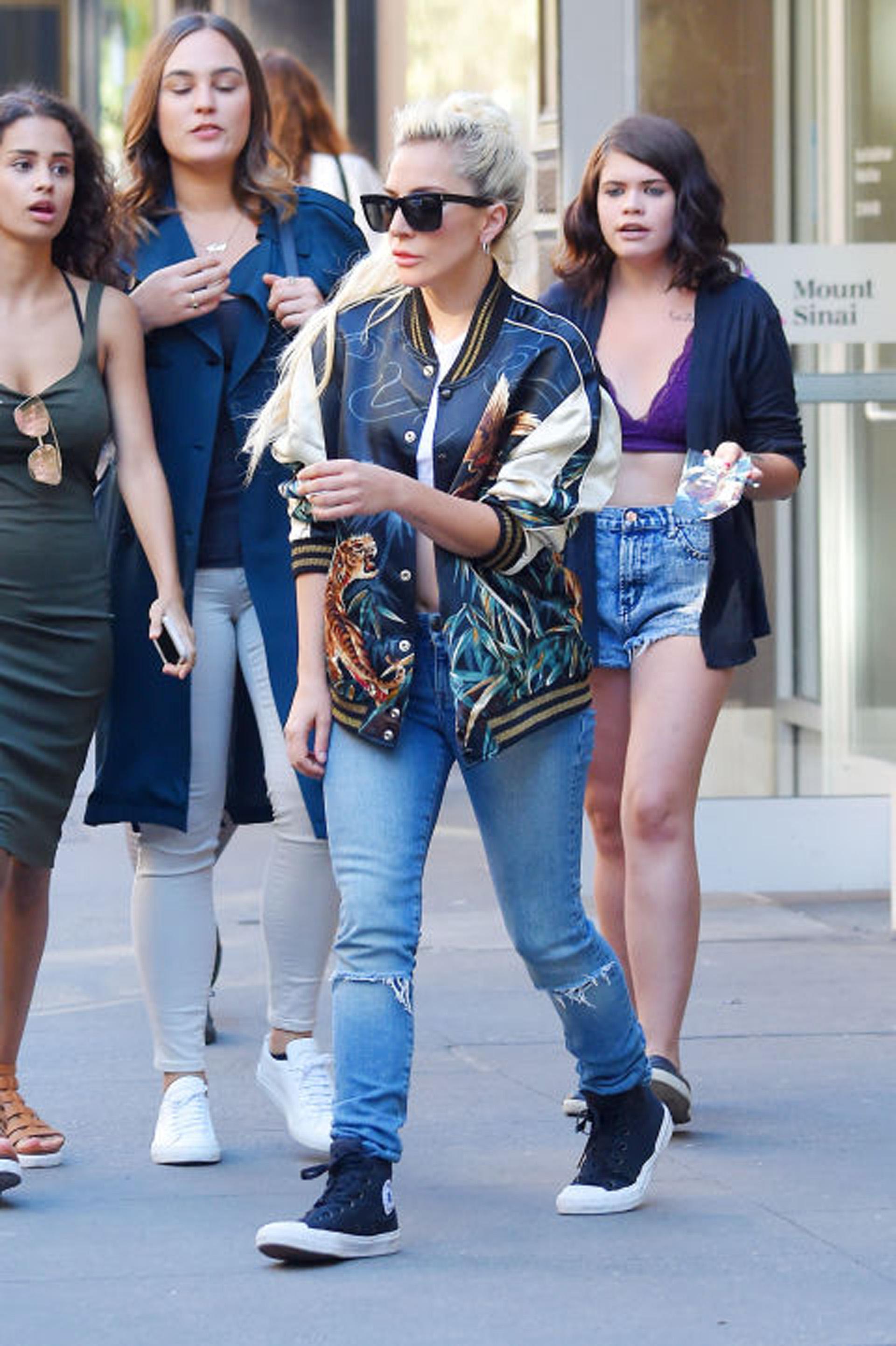 La cantante Lady Gaga, opto por una campera pintada a mano, bordada y combinada con azul y color beige (Getty images)