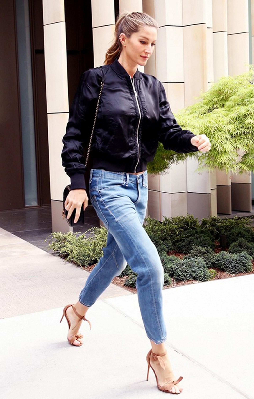 La modelo Giselle, eligió una clásica negra para combinarla con jeans, un estilo fresco y casual (Getty images)