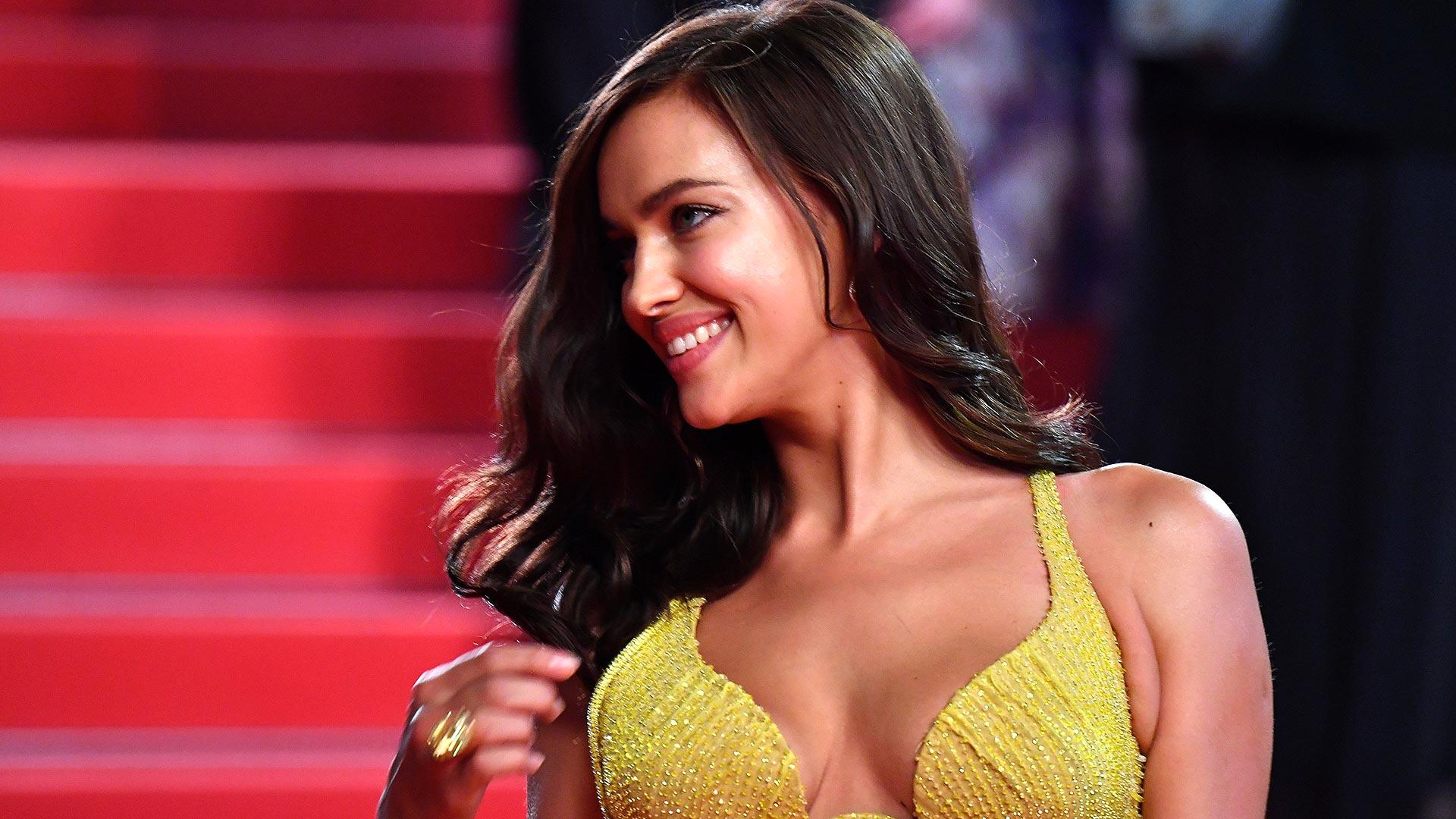 La modelo rusa Irina Shayk se lució en su paso por Cannes con un vestido amarillo de la casa Versace a sólo dos meses de haber sido madre por primera vez junto a su pareja, el actor Bradley Cooper