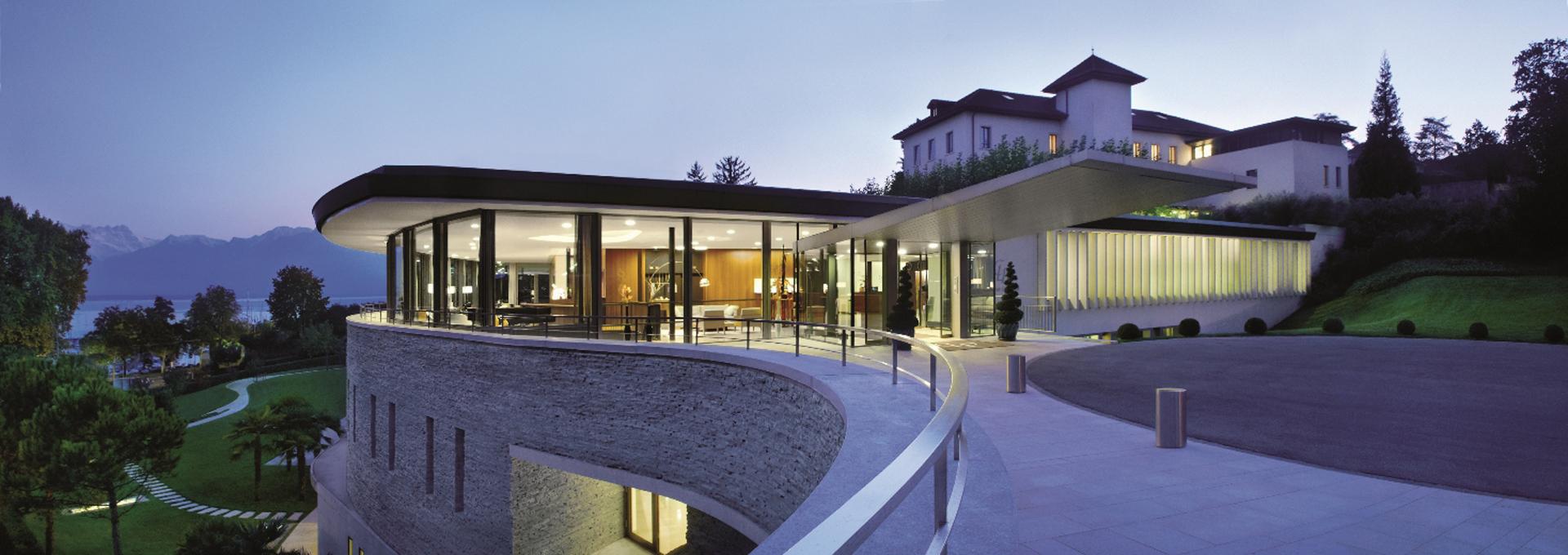De arquitectura moderna, en piedra y ventanales, la entrada a la lujosa Clinica (Fine Hotels Spa & Resort of The World)