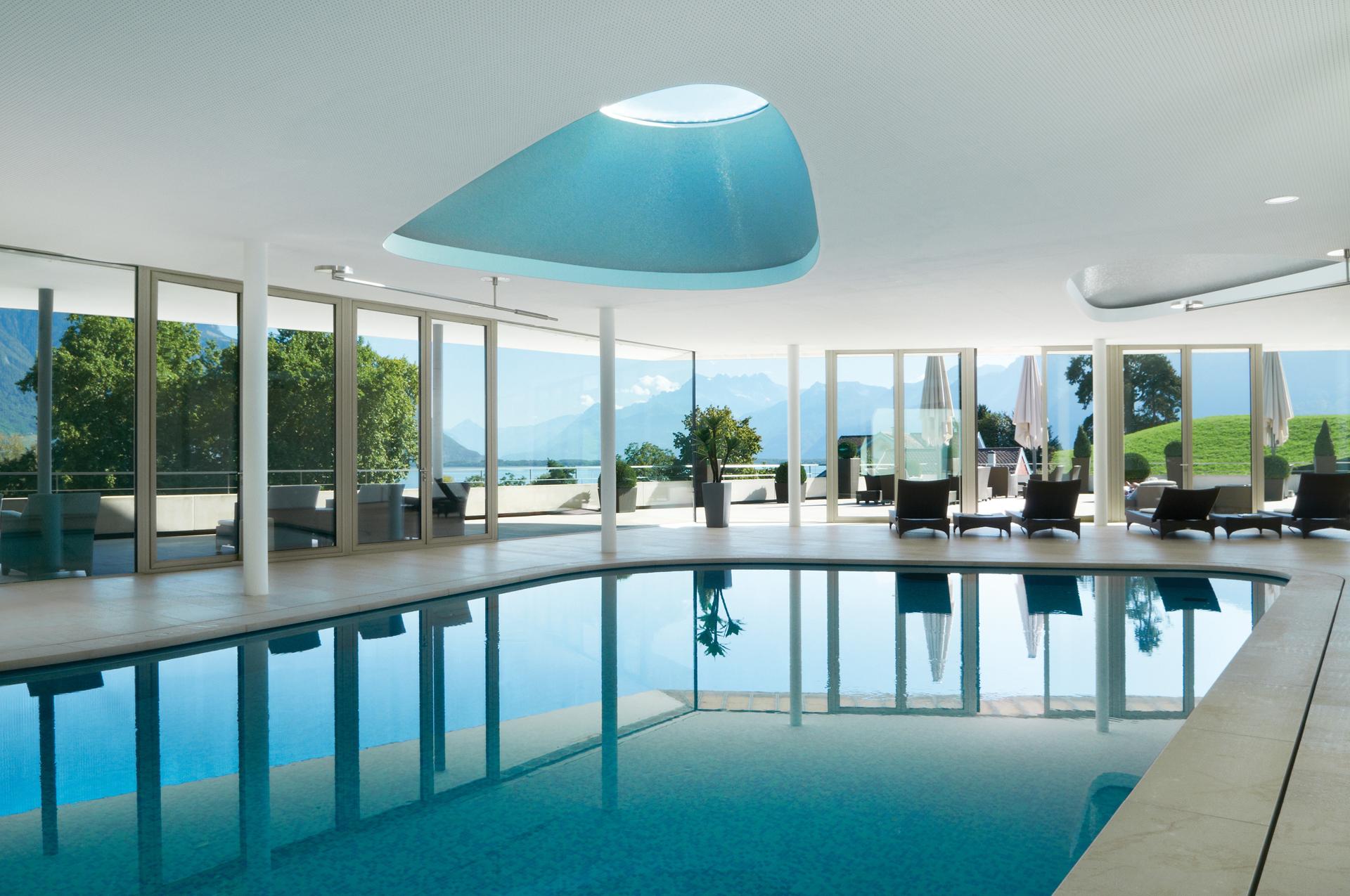 Piletas internas calefaccionadas con ventanales vista a los Alpes Suizos (Fine Hotels Spa & Resort of The World)