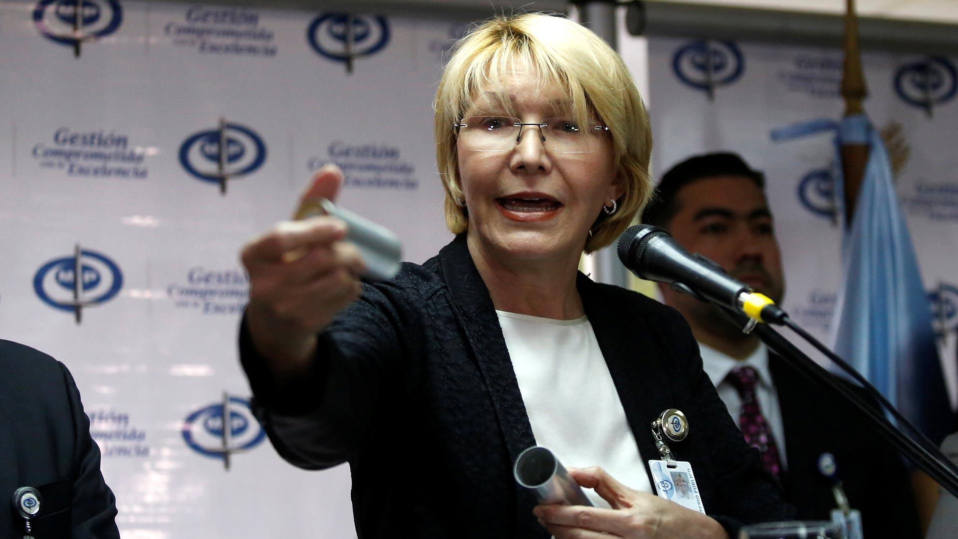 La fiscal general Luisa Ortega Díaz muestra evidencias de una muerte causada por la represión (Reuters)
