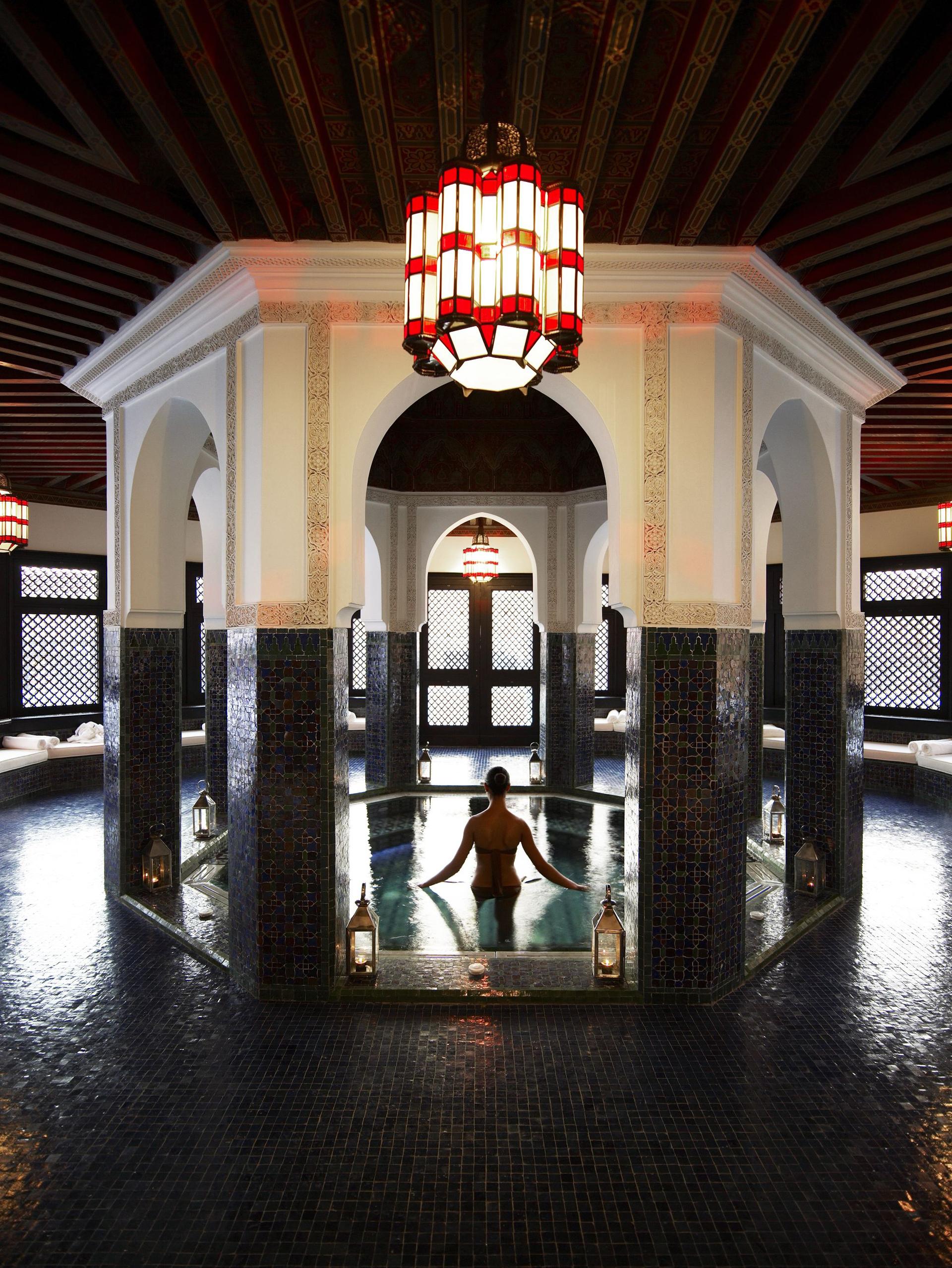 No pueden faltar las decoraciones marroquíes con faroles y los jacuzzi rodeados de columnas(Fine Hotels Spa & Resort of The World)
