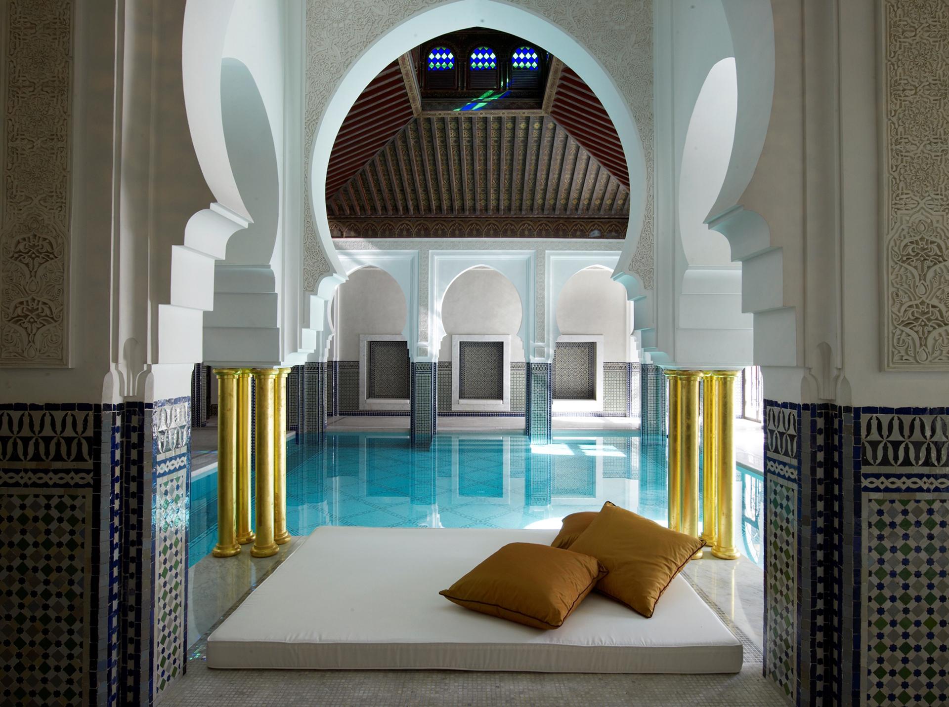 La piscina interna, con camas y una vista al exterior del complejo (Fine Hotels Spa & Resort of The World)