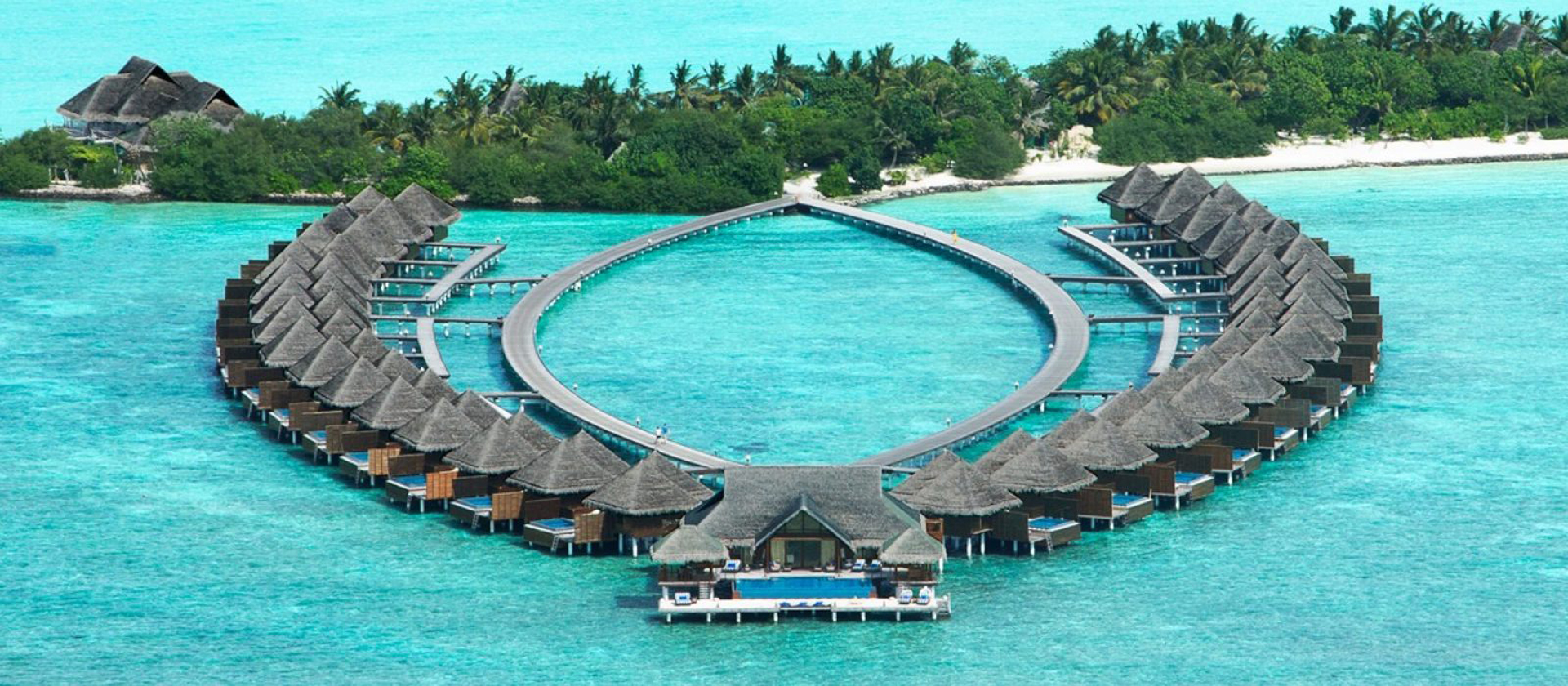 El exclusivo resort cuenta con bungalow para sus huespedes, cada una con piscina y salida directa al mar