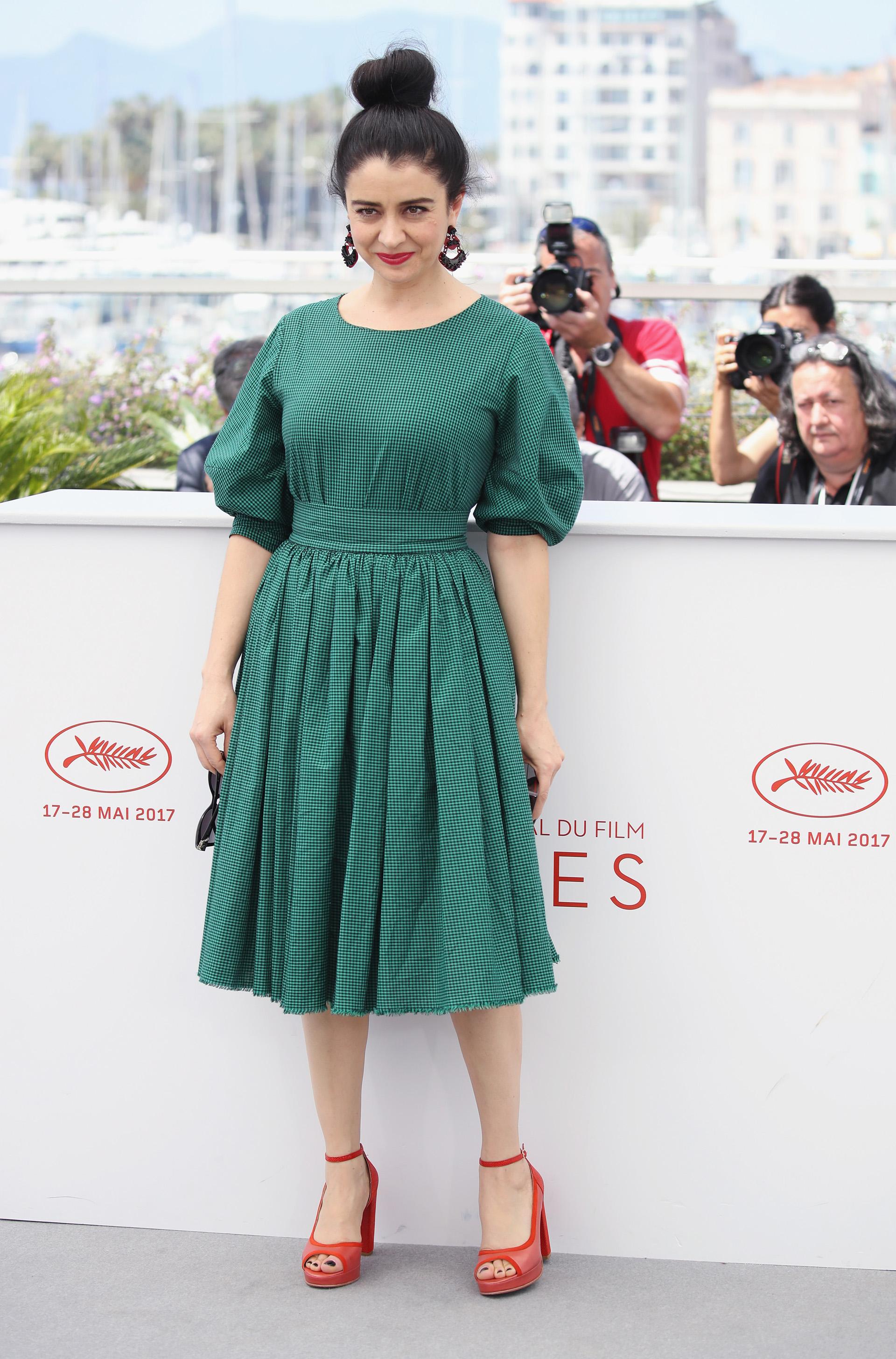 Erica Rivas con un vestido verde de fina estampa con corte a la cintura y manga japonesa, una creación de Victoria Otero (Chris Jackson/Getty Images)