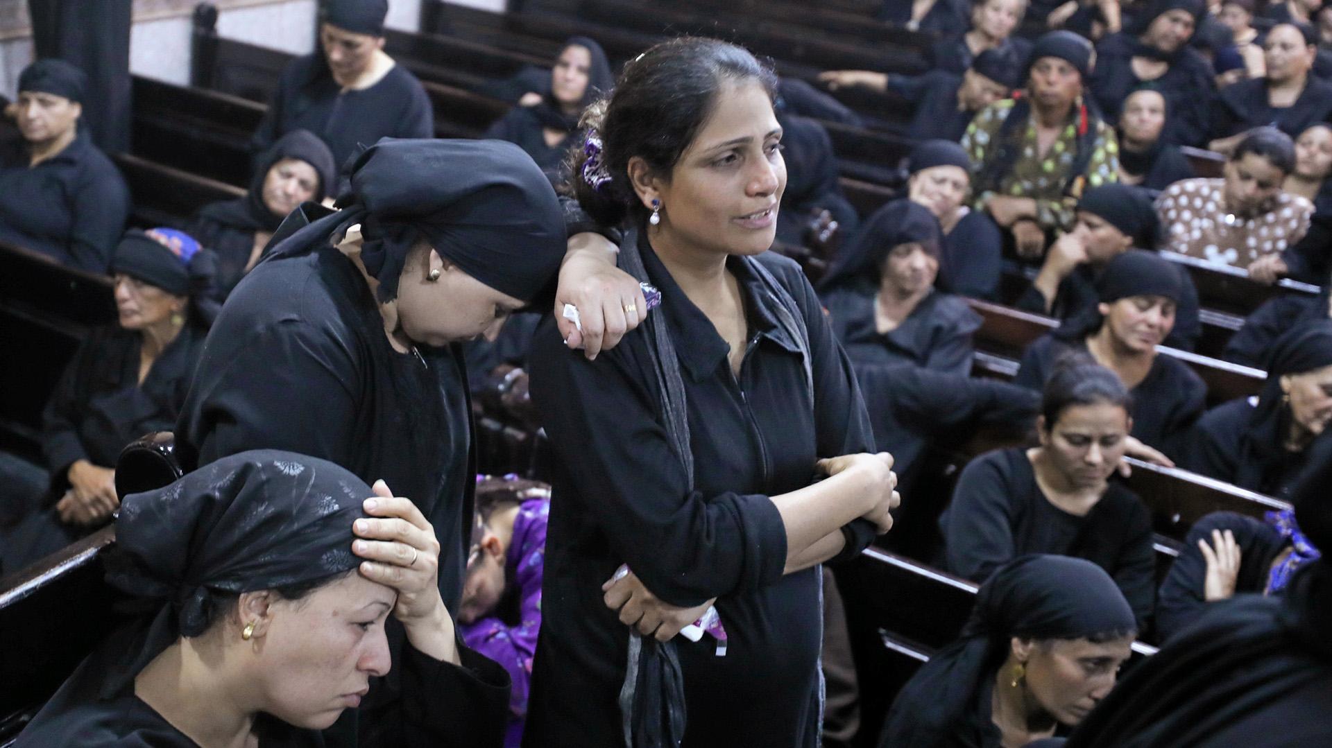 El dolor de los familiares de los muertos por el atentado en El Cairo