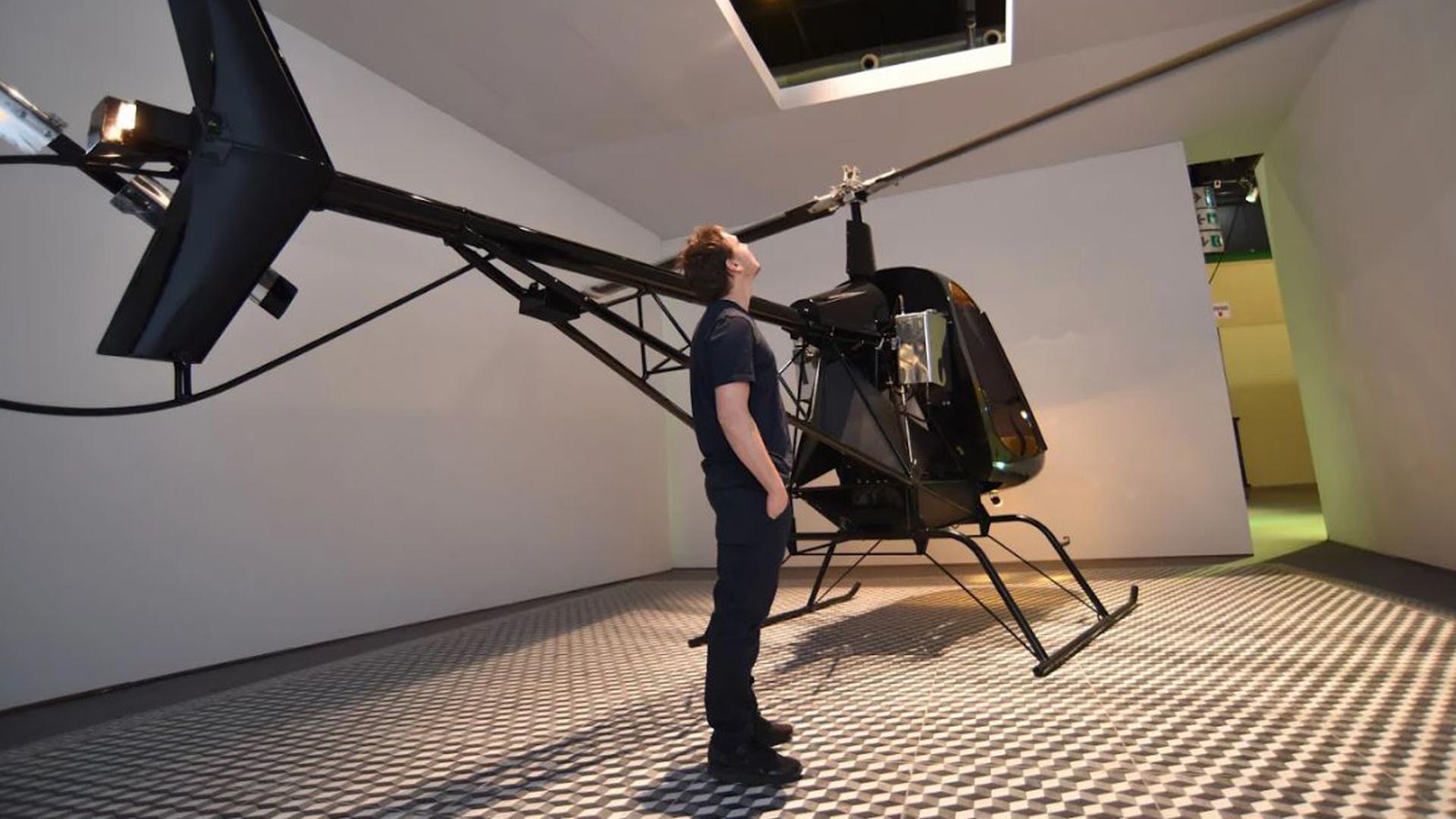 Basualdo pone en tensión dos elementos de naturaleza opuestas: una estructura sólida y una máquina diseñada para volar