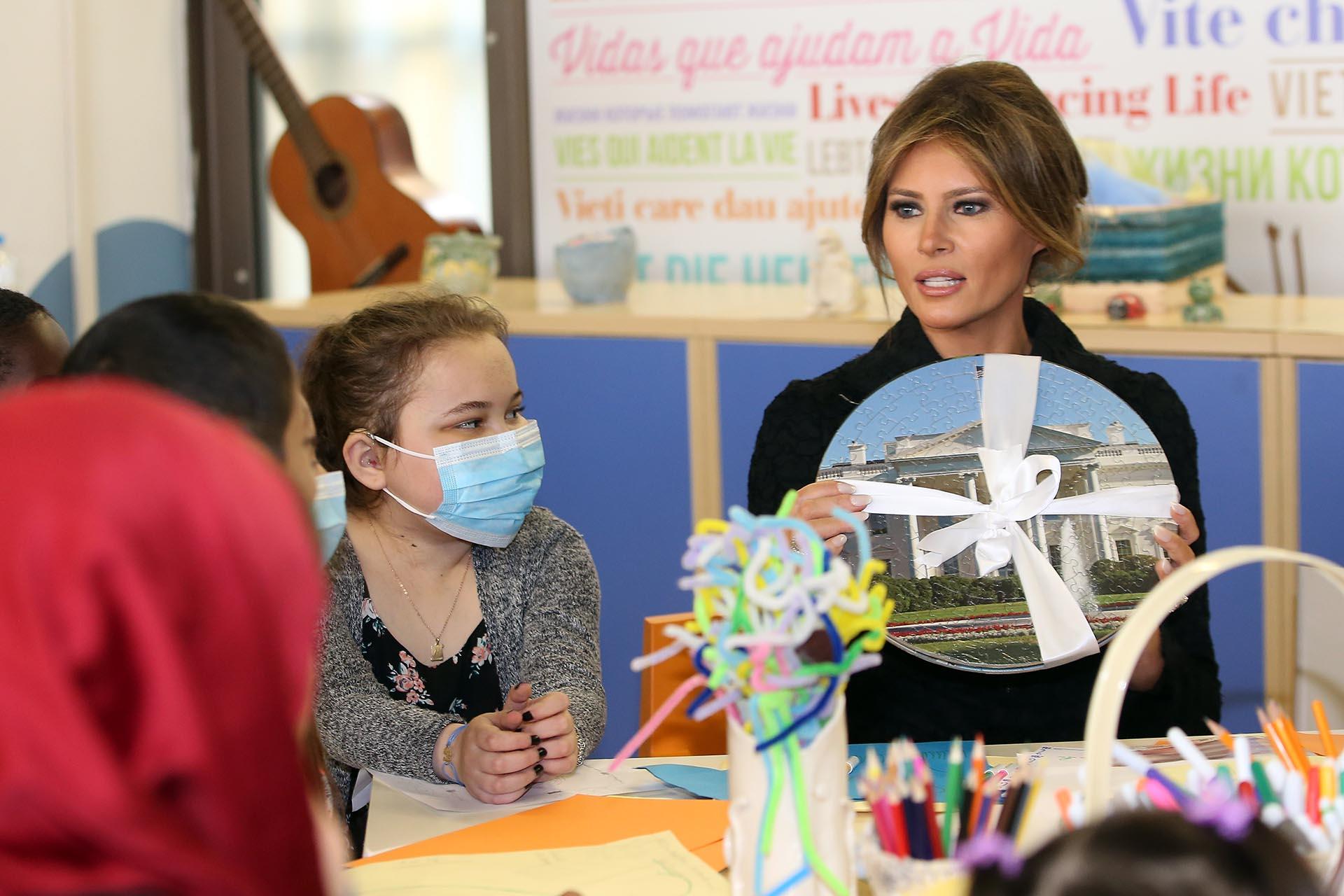 La Primera Dama de los Estados Unidos, Melania Trump, durante una visita al hospital Bambino Gesu en mayo (Getty)