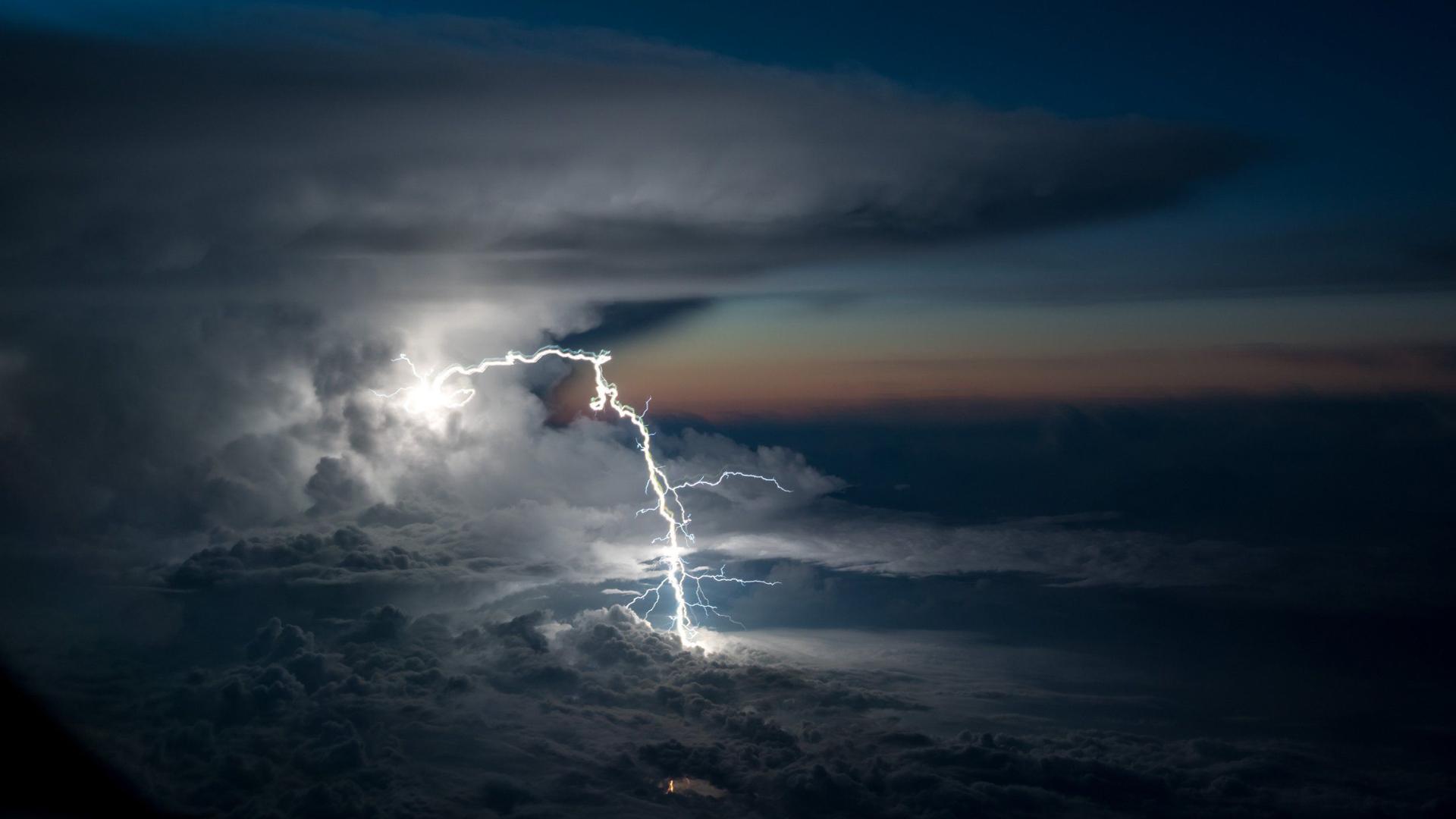En el medio de la tormenta, sobrevolando la Amazonia ecuatoriana