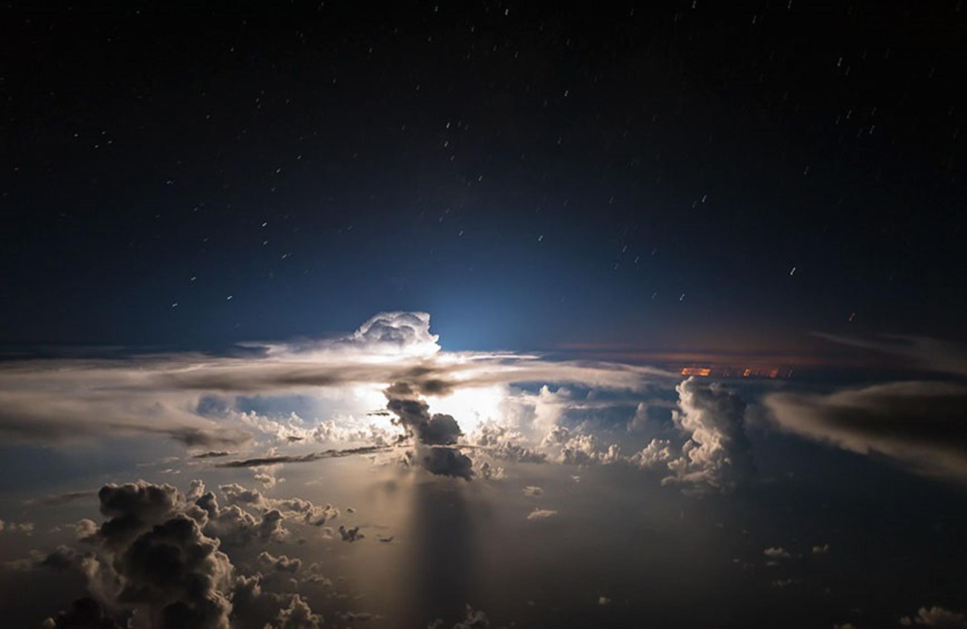 El sol que asoma en medio del Océano Atlántico