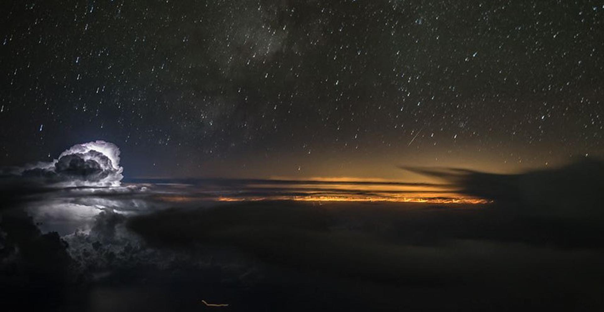 El contraste entre una bola de nubes, el sol que asoma y el cielo oscuro