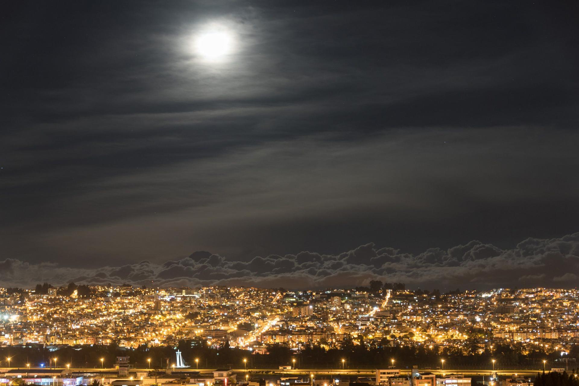La superluna desde miles de metros de altura