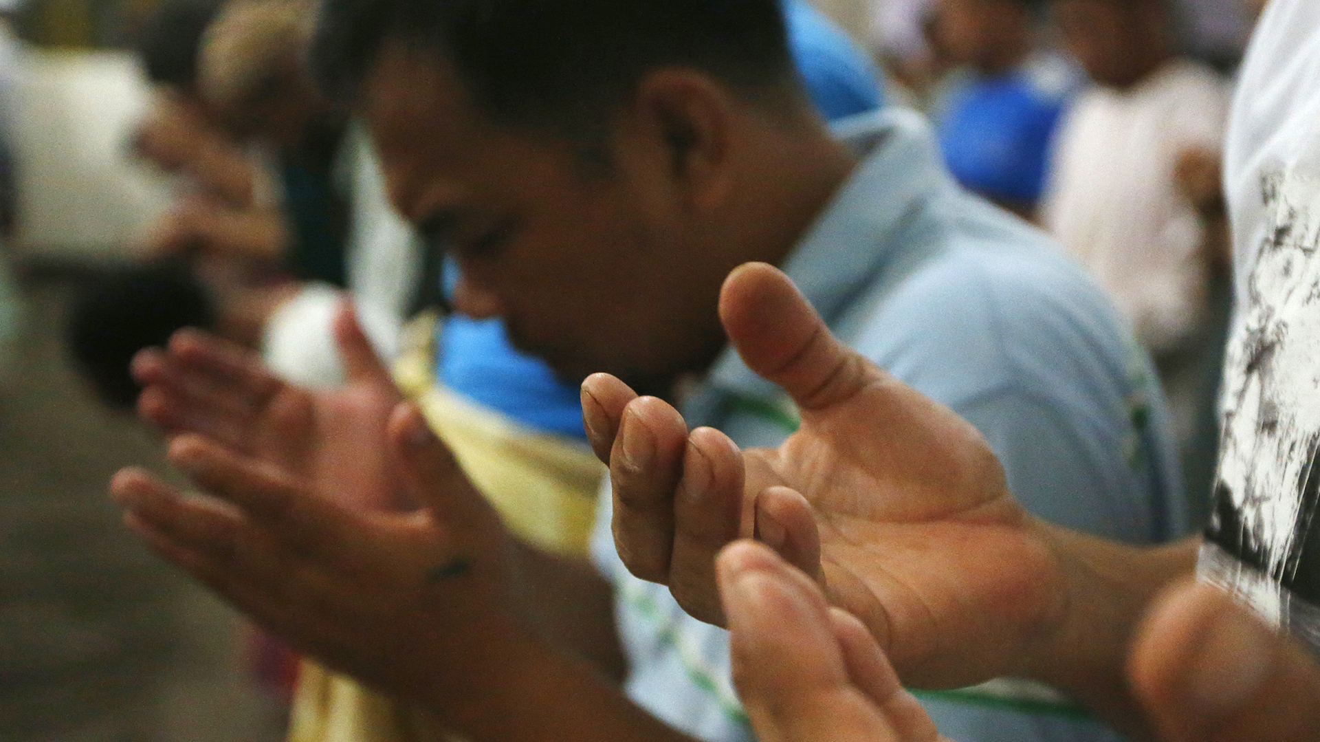 Musulmanes filipinos rezan al amanecer del primer día del mes sagrado de Ramadán el sábado 27 de mayo de 2017 (AP)