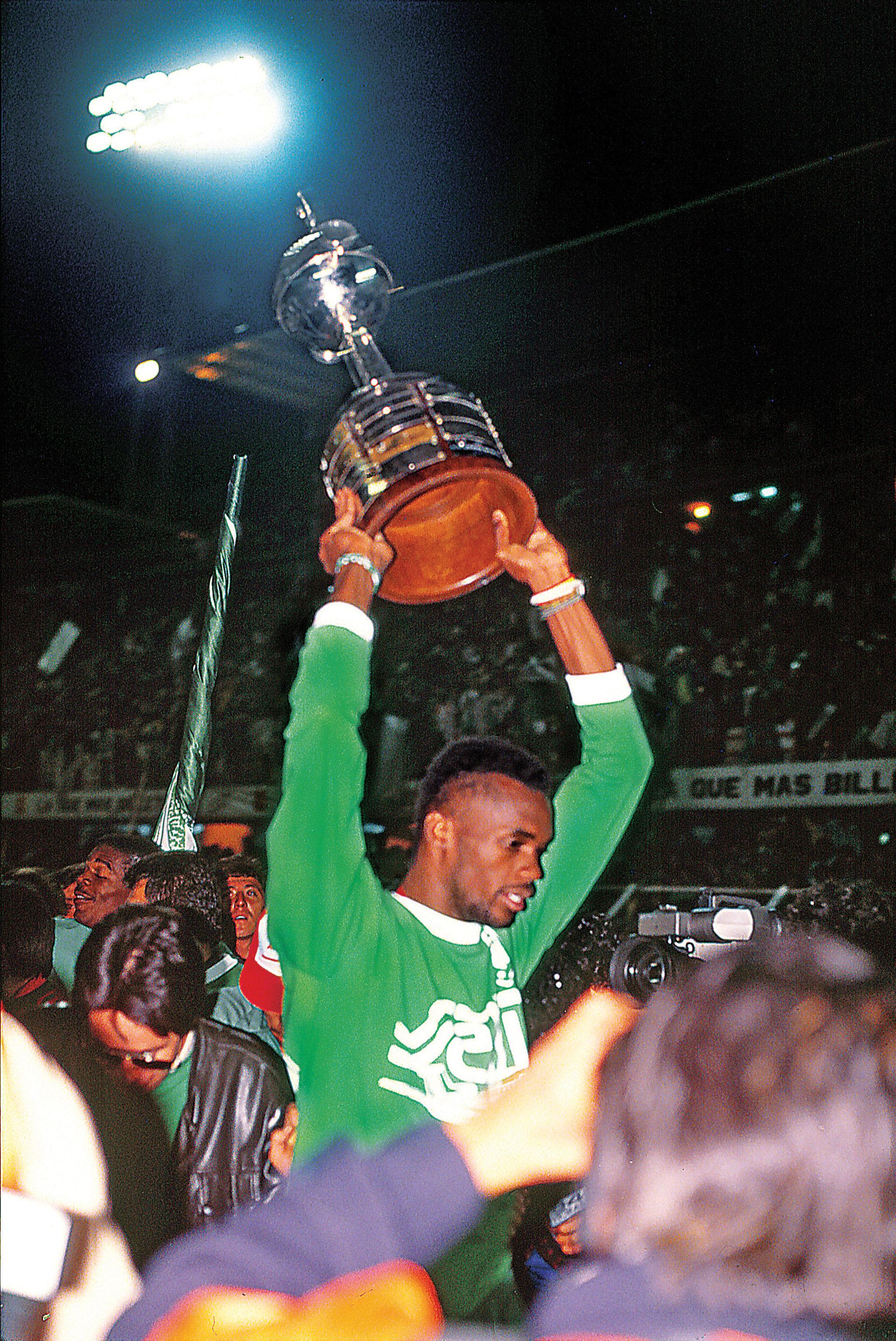 Usuriaga celebra con la Copa Libertadores en sus manos
