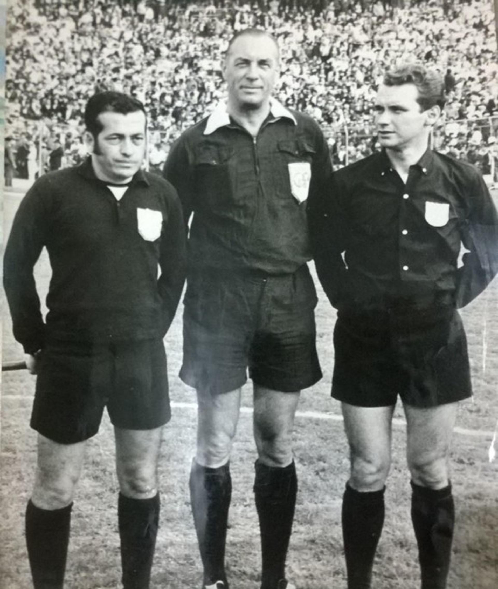 Octavio Sierra (en el medio) en su época como árbitro
