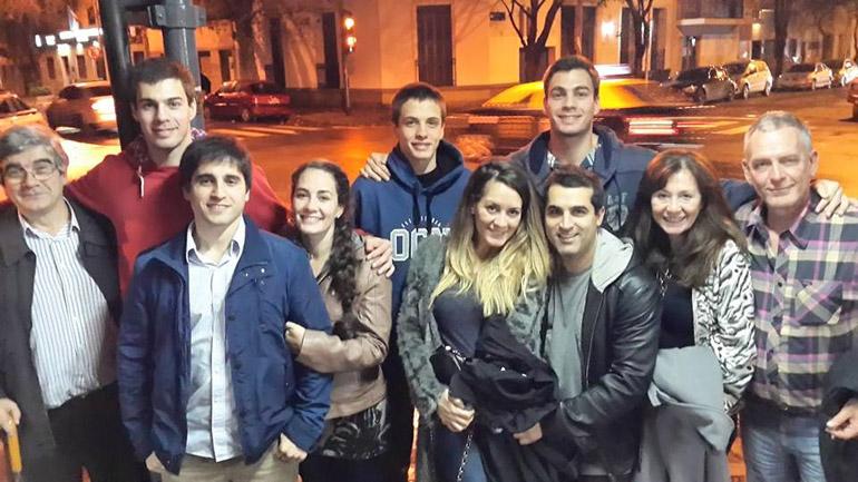 La familia Maeder: Miguel y Betariz inician a la derecha de la imagen, detrás los hermanos Ignacio (rojo), Joaquín (medio) y Augusto , adelante las hermanas María Eugenia y María Andrea