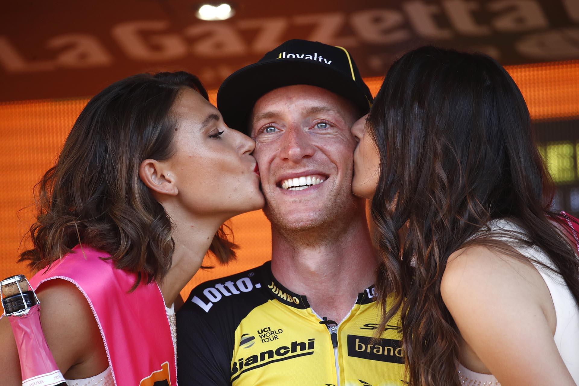 El holandés Jos van Emdencelebra haber ganado la etapa individualentreMonza y Milan