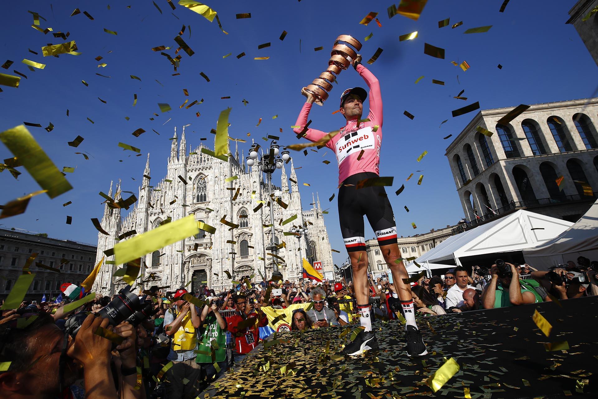 El holandésTom Dumoulin levanta el trofeo ante una multitud