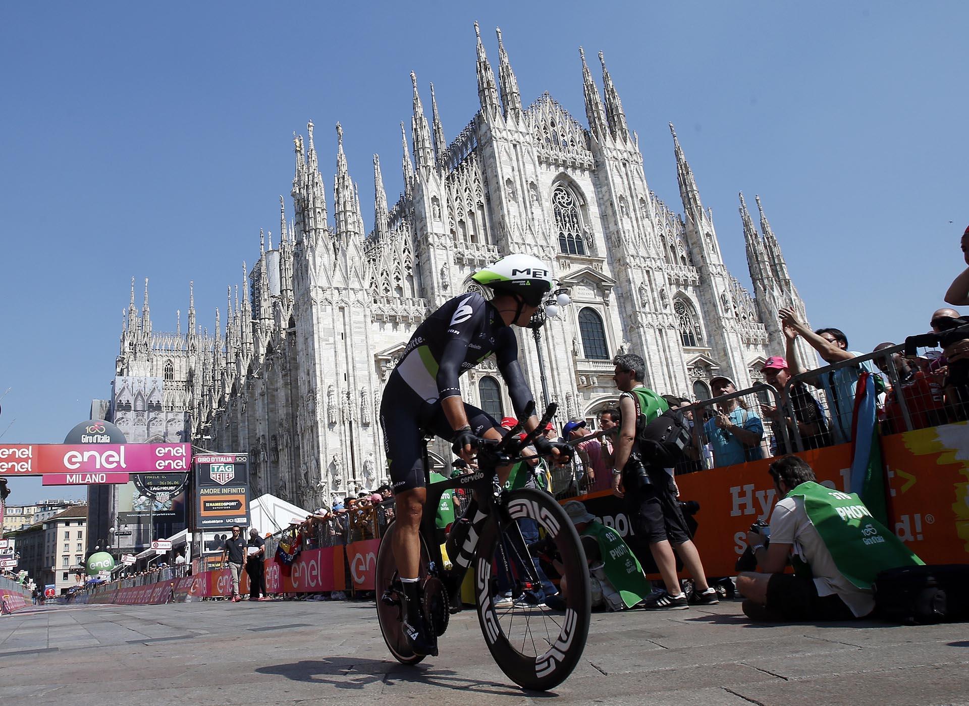 La catedral de Milan, uno de los lugares históricos que atravesaron los ciclistas