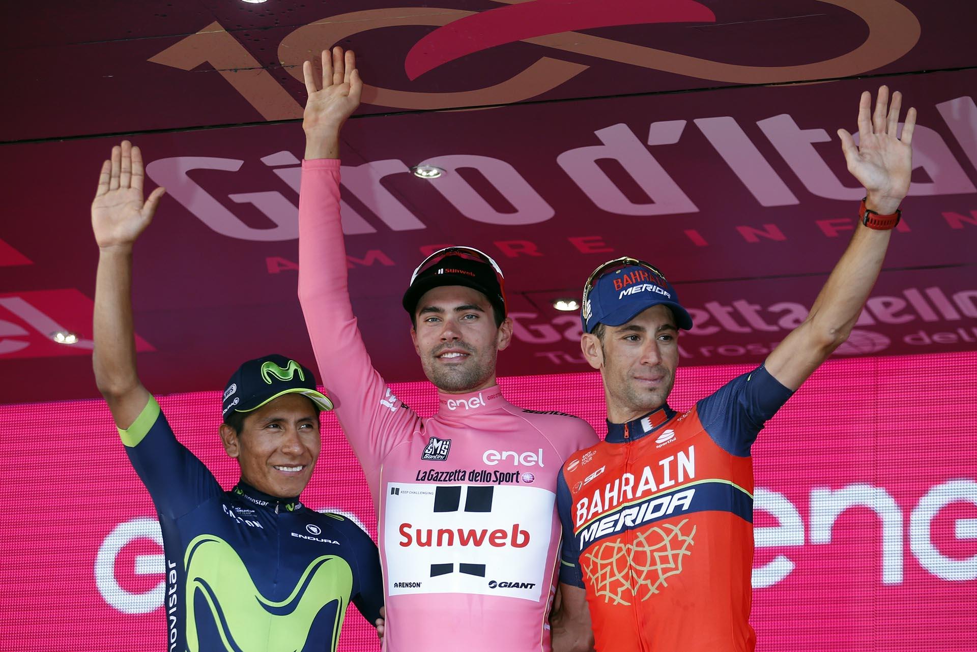Tom Dumoulin (centro), Nairo Quintana (izquierda) y Vincenzo Nibali (derecha) en el podio de Milan