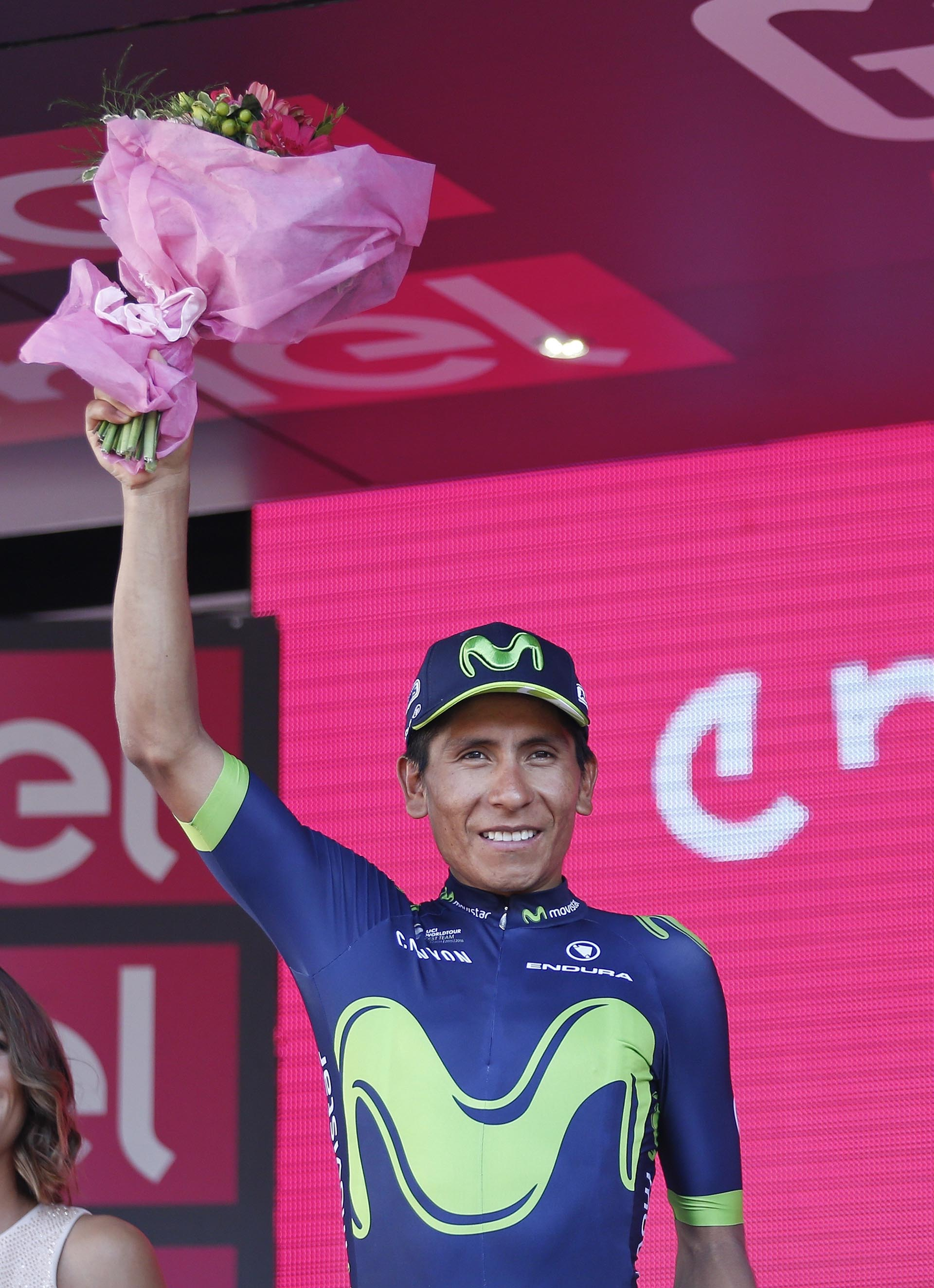 El colombiano Nairo Quintana celebra en el podio