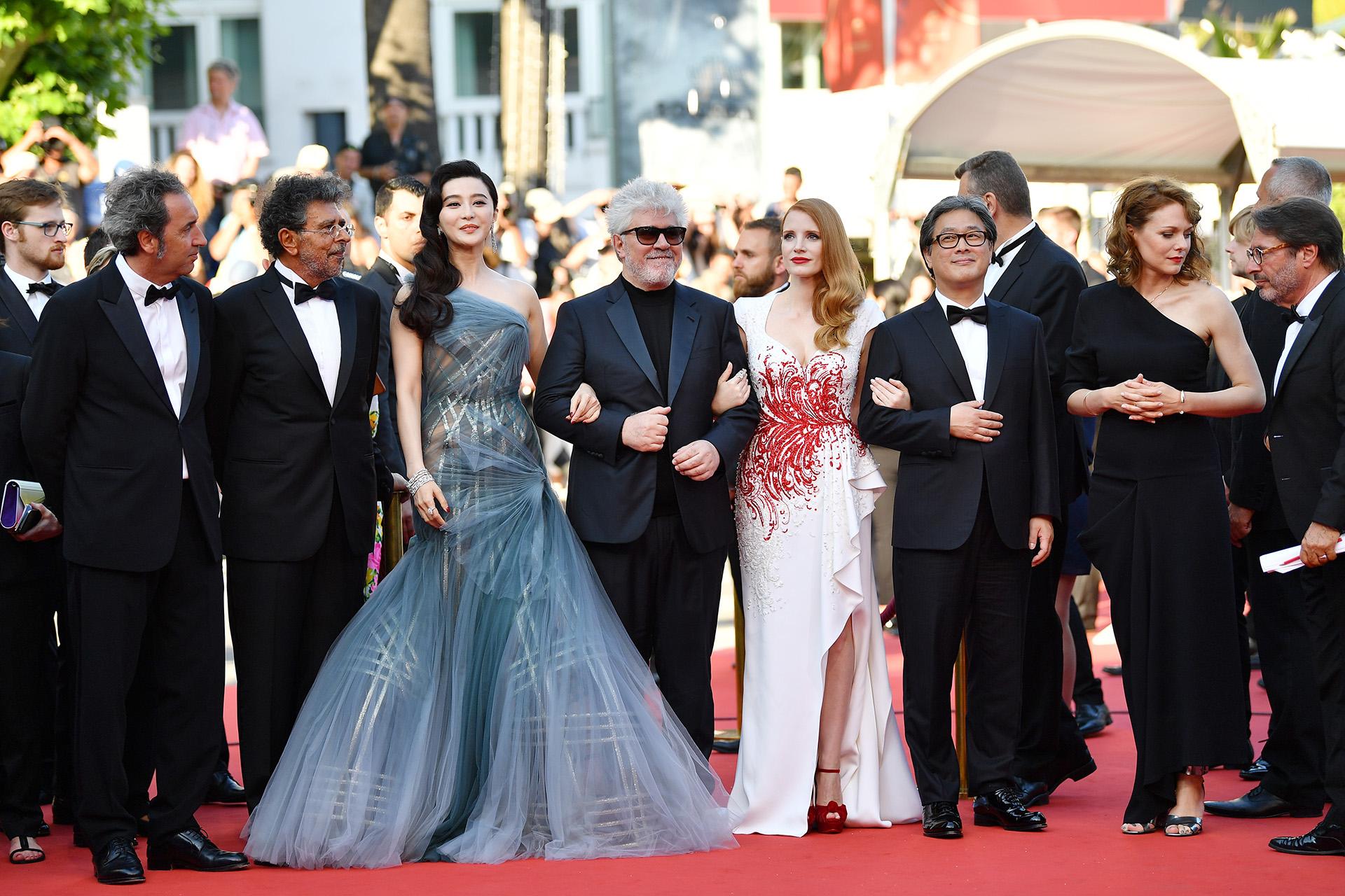 Los jurados de la edición 70 del Festival de Cannes: Paolo Sorrentino, Gabriel Yared, Fan Bingbing, Pedro Almodovar, Jessica Chastain, Park Chan-wook yMaren Adeen el cierre del certamen