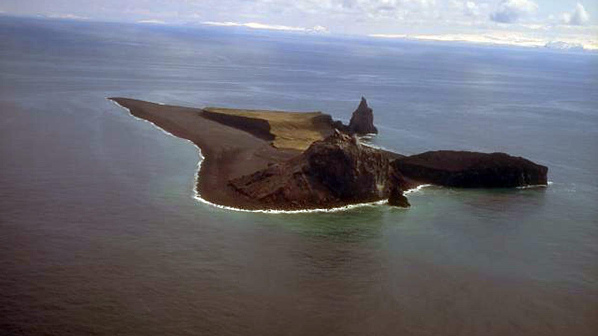 El volcán Bogoslof apenas sobresale de las aguas del océano (Smithsonian)