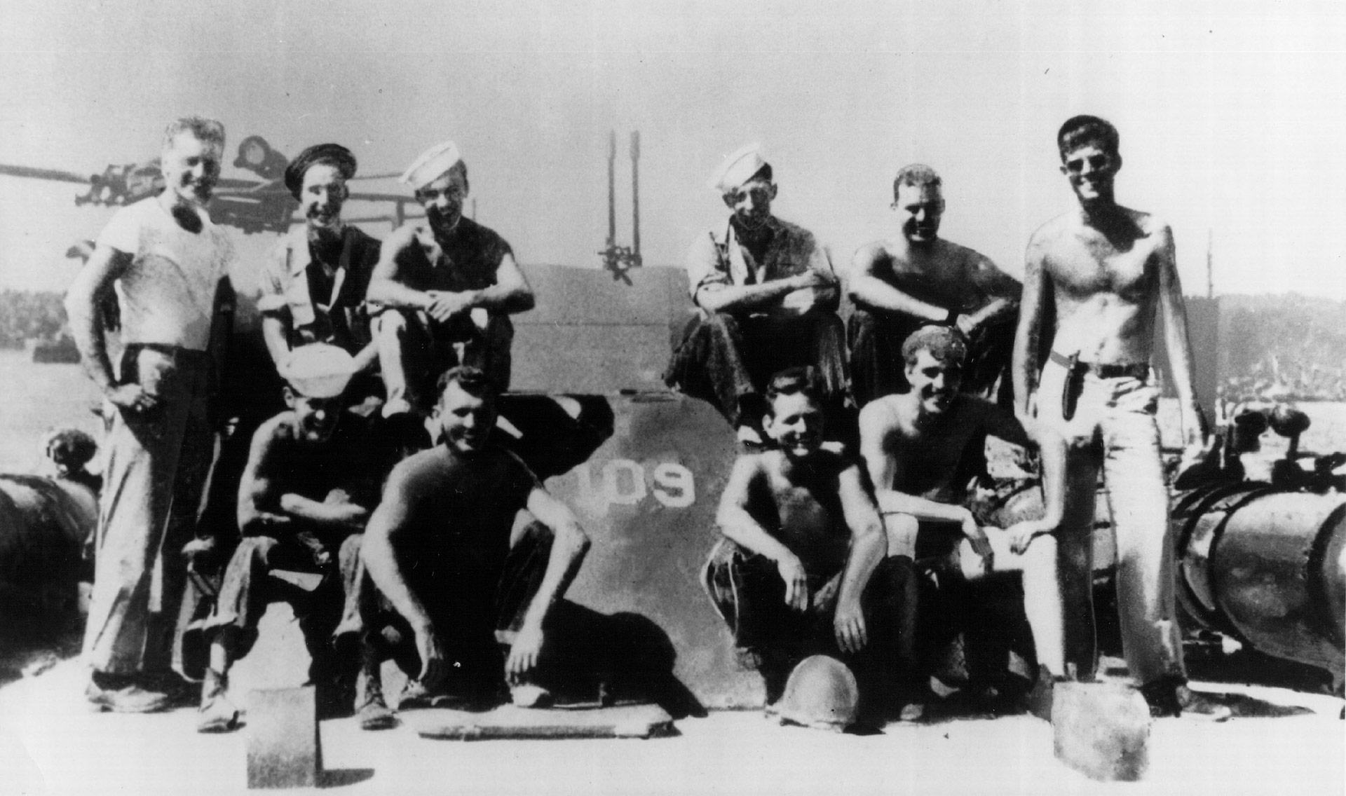 El teniente Kennedy (de pie, con lentes de sol) en la segunda guerra mundial, cuando comandó la lancha torpedera PT-109 en el Pacífico. En 1943 fue partida al medio por un destructor japonés y el futuro presidente usó sus habilidades de natación para poner a salvo a su tripulación