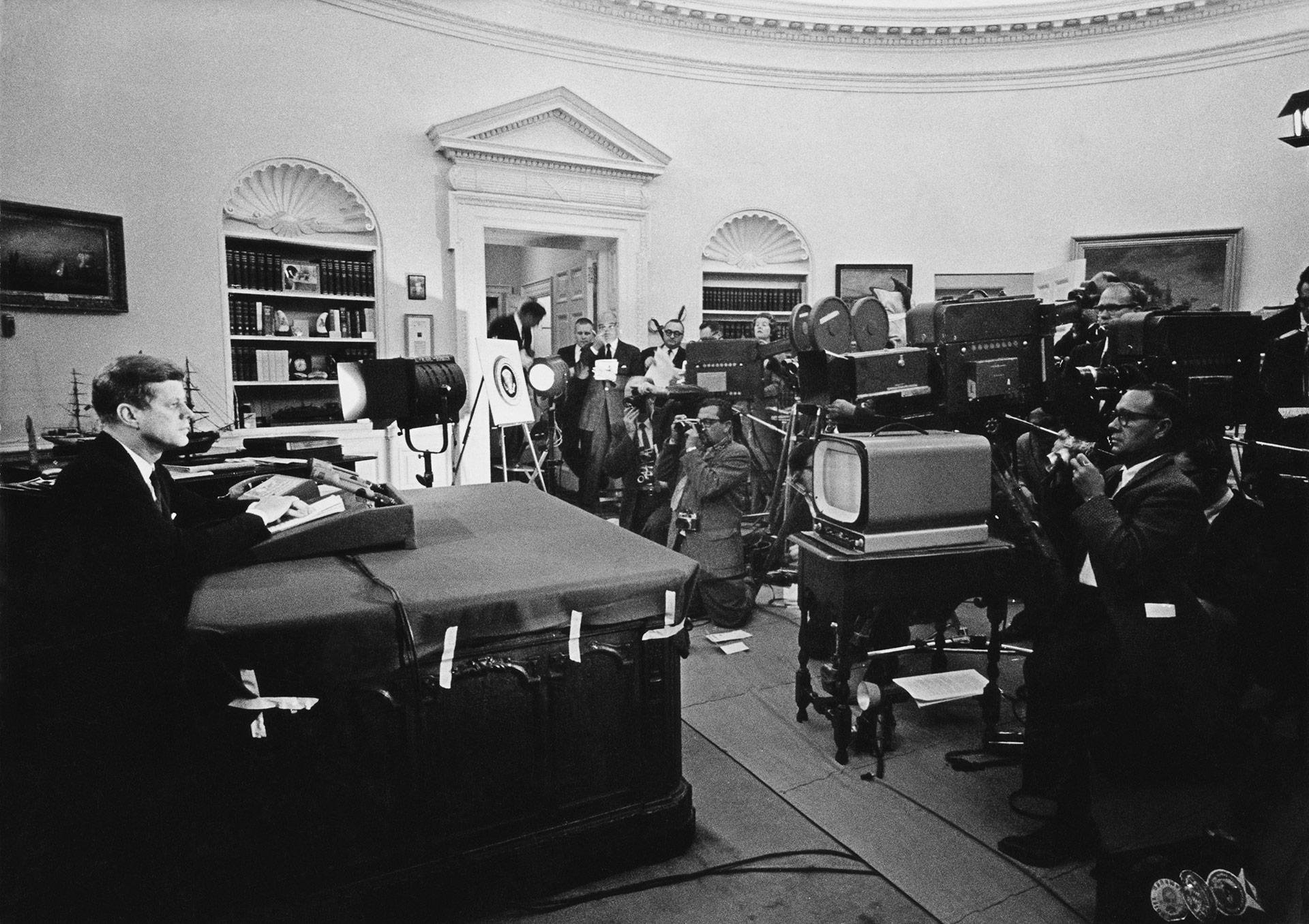 El presidente anuncia el comienzo del bloqueo naval deCuba y advierte a la Unión Soviética que aplicará sanciones, durante la Crisis de los misiles, en 1962 (Keystone/Getty Images)