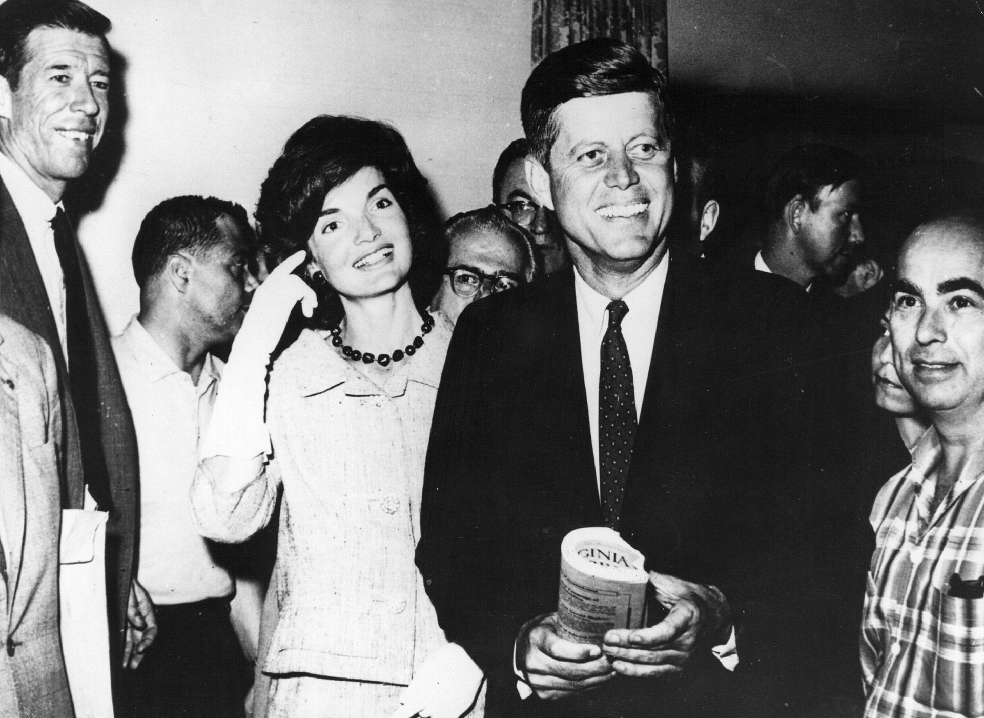 El entonces senador por Massachusettsjunto a su esposa se dirigen a la convención del Partido Demócrata en Los Ángeles, donde será nominado candidato a la presidencia(Keystone/Getty Images)