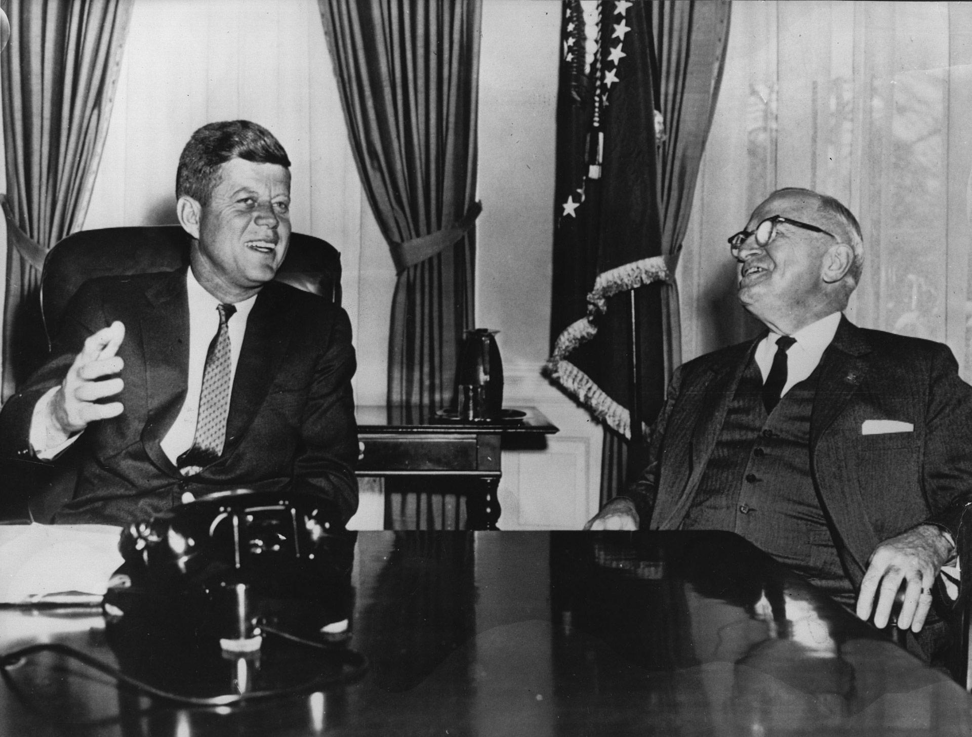 Kennedy junto al ex presidente Harry S. Truman (Central Press/Getty Images)