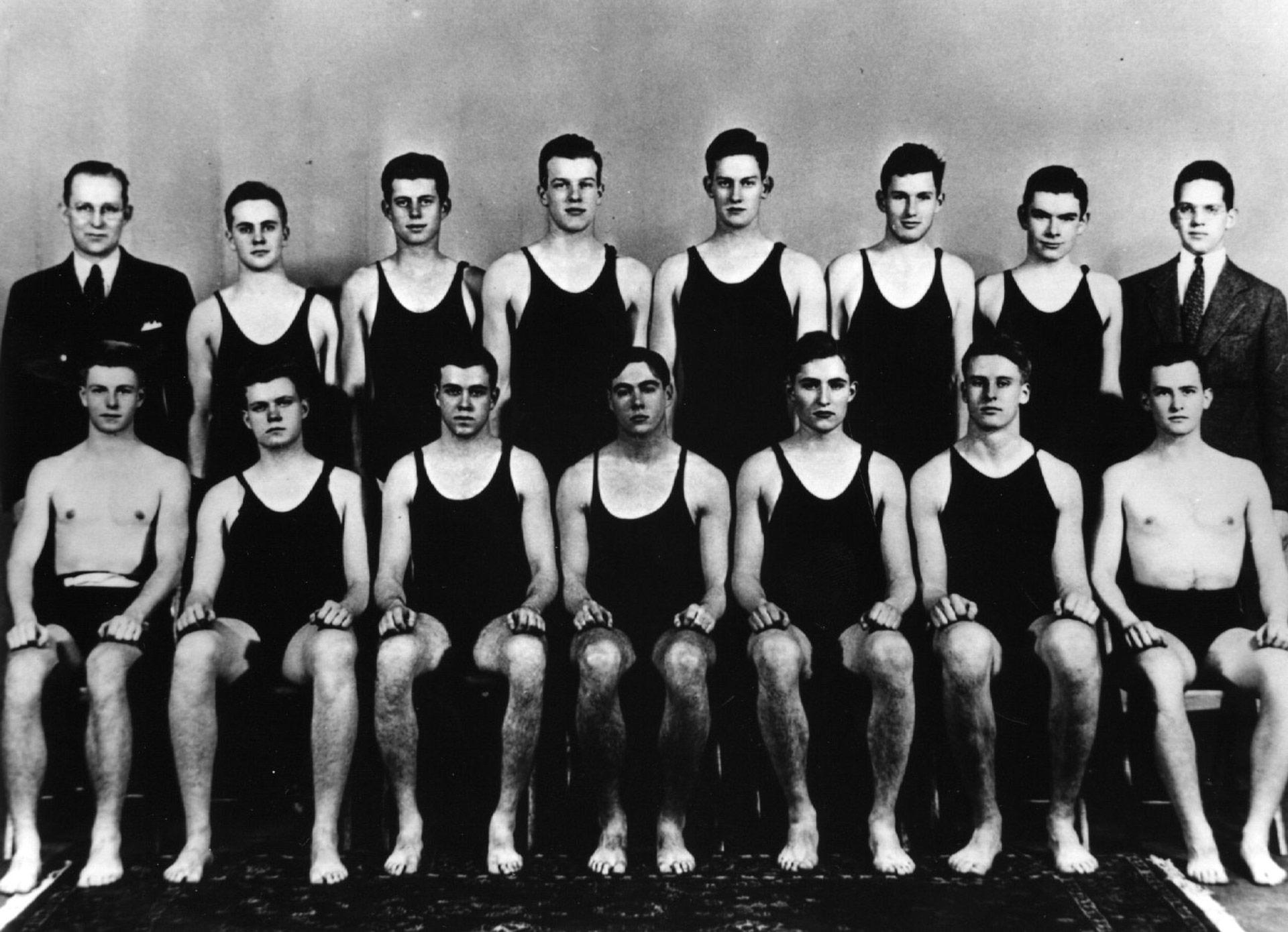 En 1935 junto al equipo de natación de la Universidad de Harvard, donde se graduó con honores. Kennedy es el tercero en la segunda fila (Keystone/Getty Images)